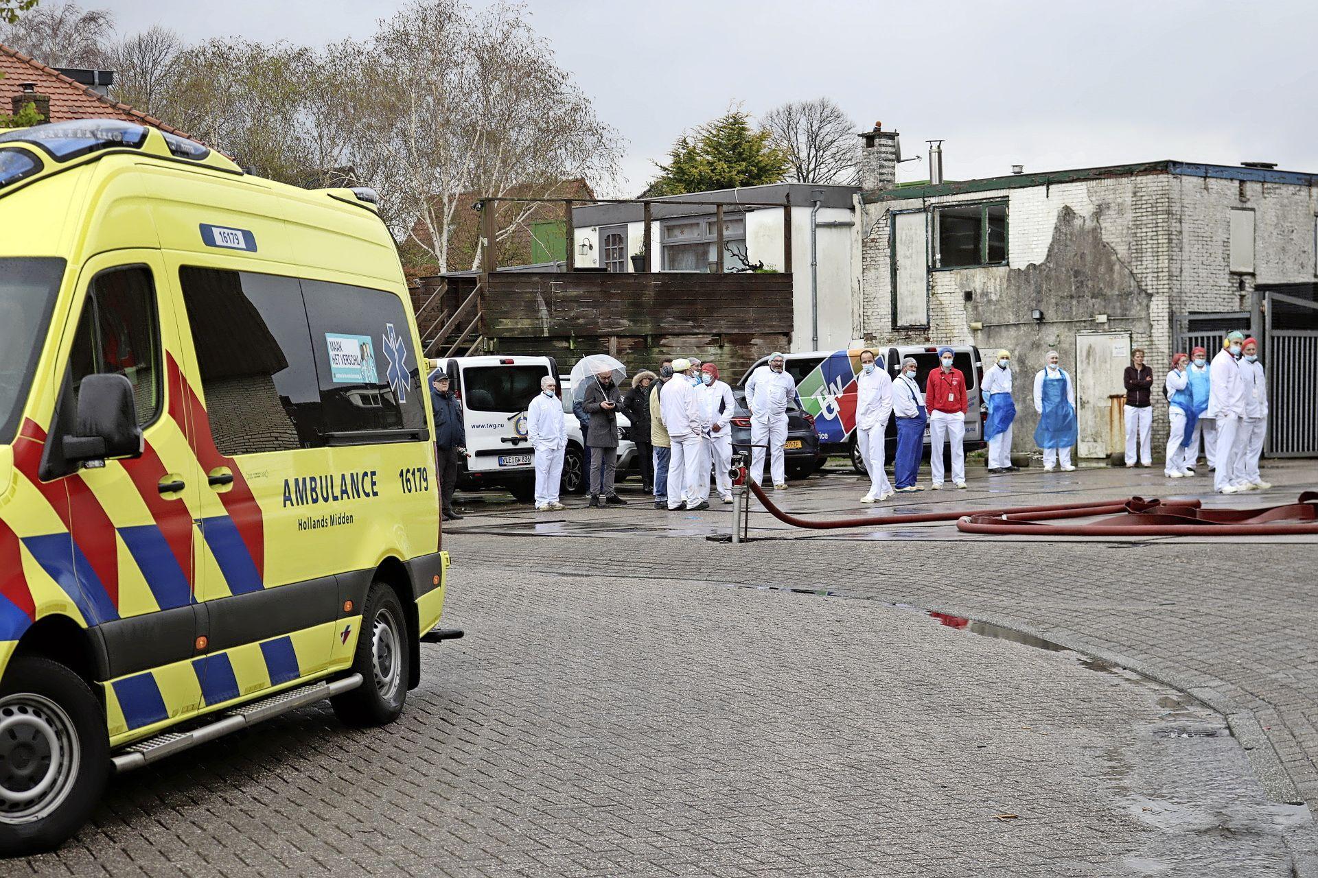 Brand in vleeswarenfabriek in Lisse, 'brand woedt mogelijk in spouwmuur', pand ontruimd