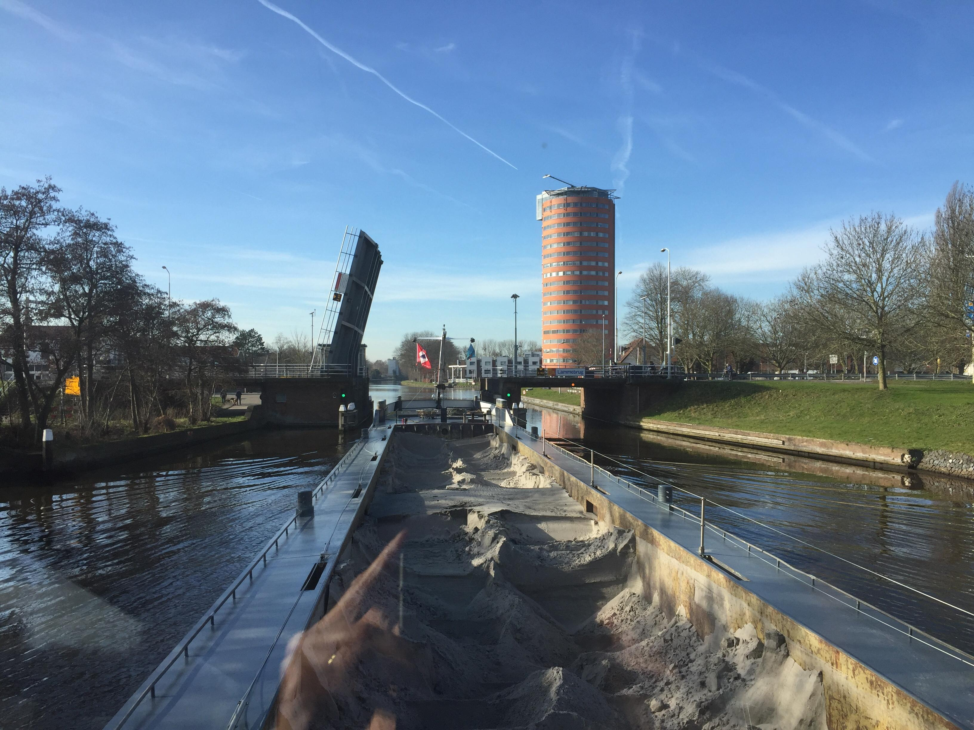 Zandschepen varen te vaak in de spitsuren langs Leidse bruggen
