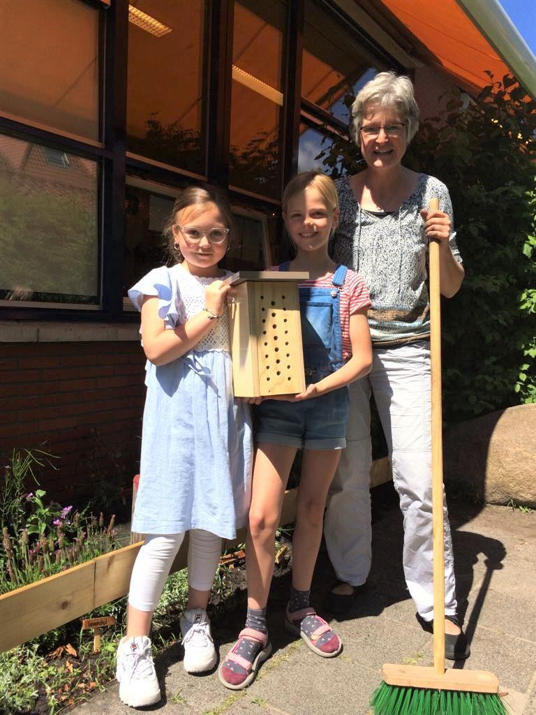 Twintig basisscholen in Alkmaar krijgen een bijenhotel op het schoolplein