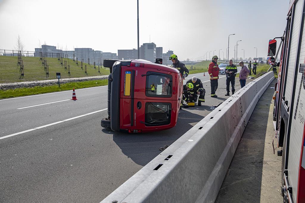 Auto op z'n kant op N201 bij Schiphol