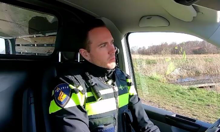 Bord in Twiske geplaatst door wijkagent Landsmeer: 'Aan u de oproep om zoveel mogelijk thuis te blijven' [video]