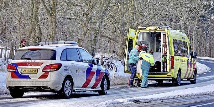 Mountainbiker komt lelijk ten val door gladheid op Zeeweg in Bergen, slachtoffer met armletsel naar ziekenhuis