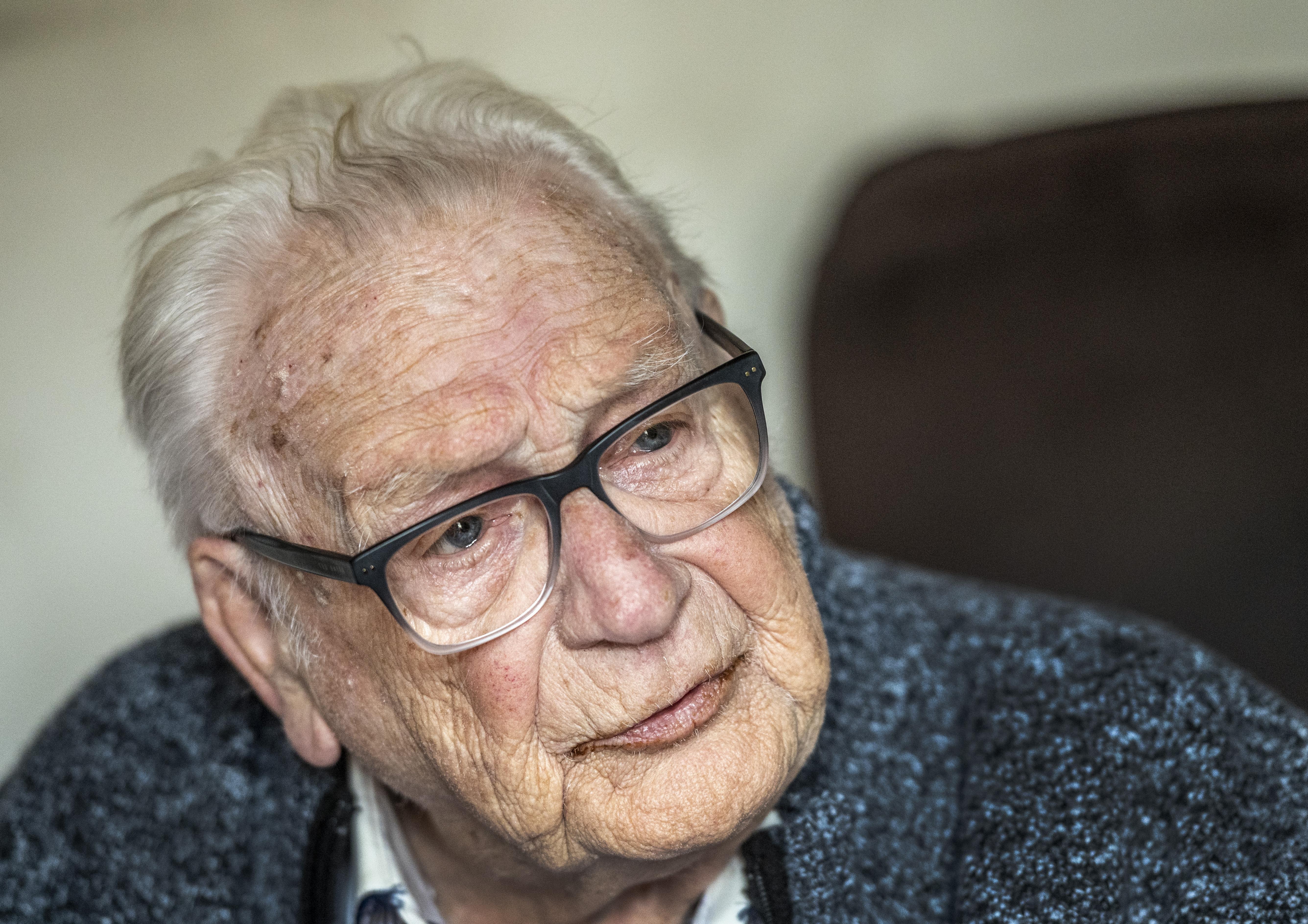 Theo Roelvink (93) wil nog minstens drie boeken schrijven: 'Ik kan me niet indenken dat iemand voor zich uit zit te suffen'