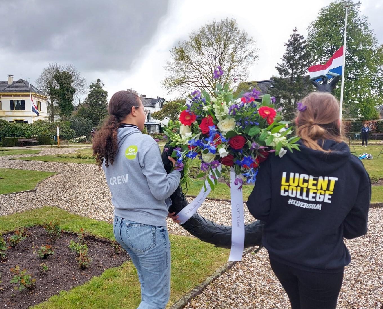 Hilversumse scholieren leggen kransen voor Gooise slachtoffers van concentratiekamp Wöbbelin in Duitsland. Leerlingen proberen de vijf een gezicht te geven