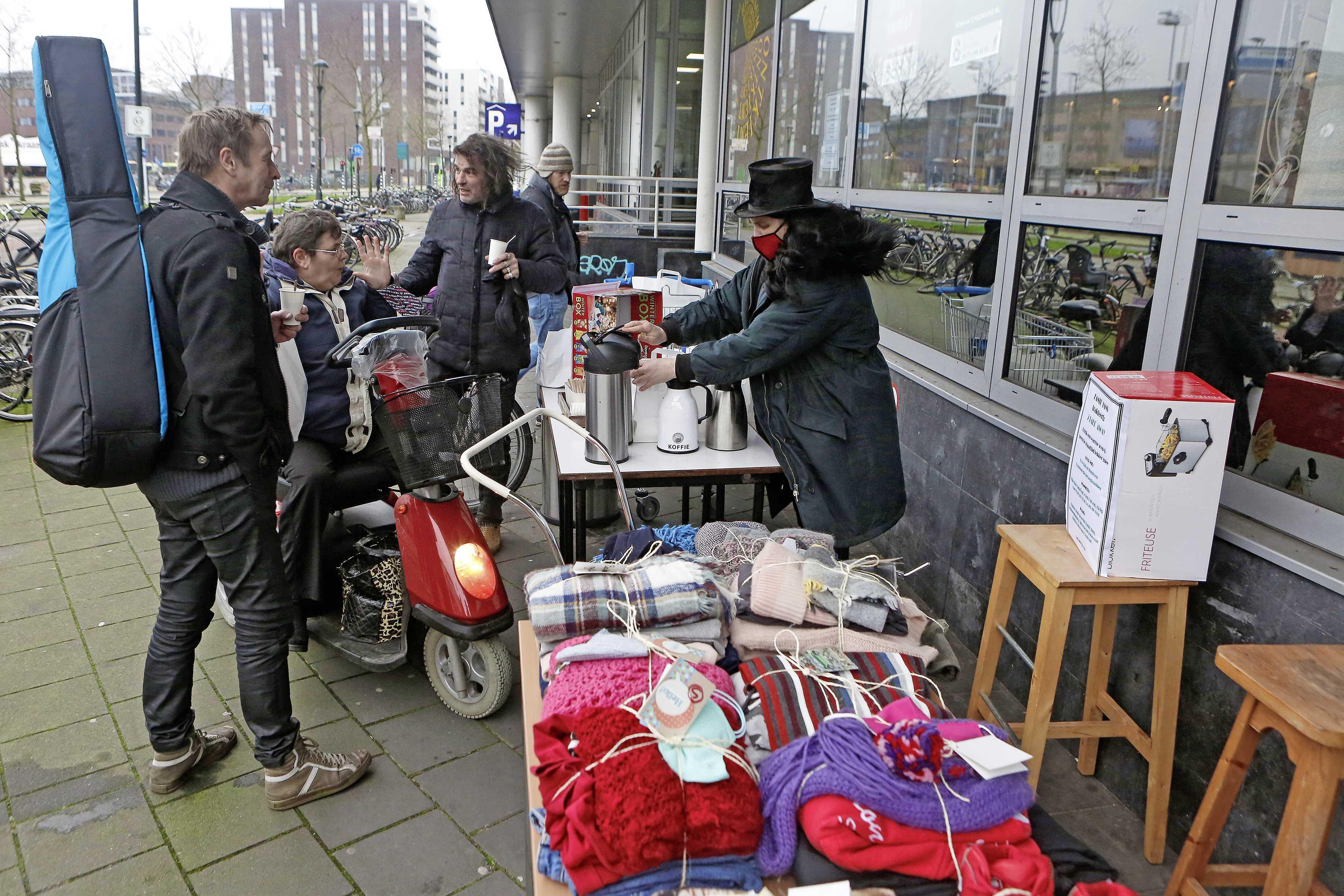 Bedrijvengebouw Tante Jans deelt soep en dekens uit aan daklozen. 'Het wordt zo ontzettend koud. We wilden wat doen'