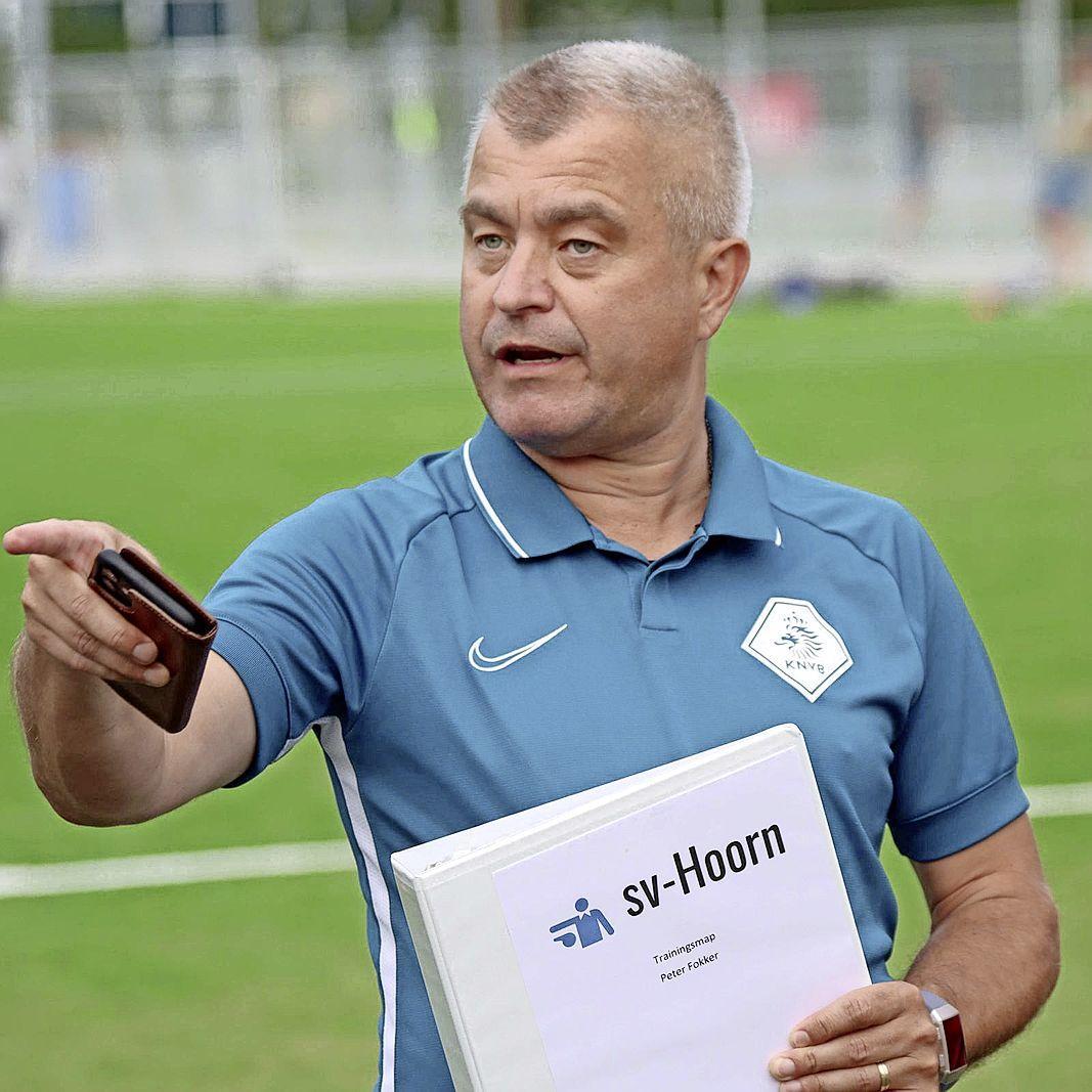 'Een voetbalscheidsrechter loopt te midden van spelers in het veld. Met reanimatie kan hij zo nodig levens redden'