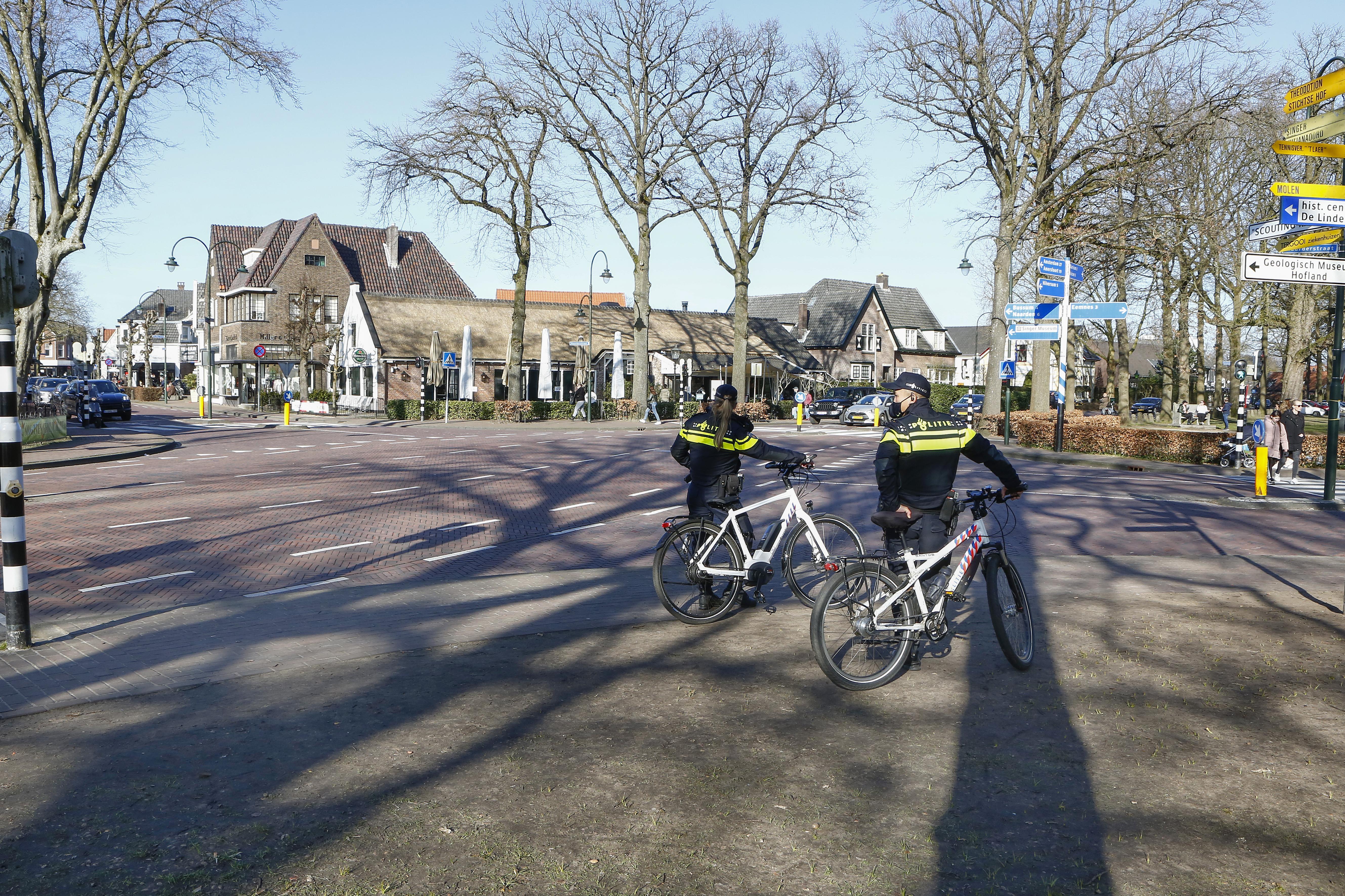 Haast serene rust zaterdag op Larense Brink na afsluiting toegangswegen; jonge autospotters teleurgesteld: 'We houden zo van mooie auto's en nou zijn ze er niet'