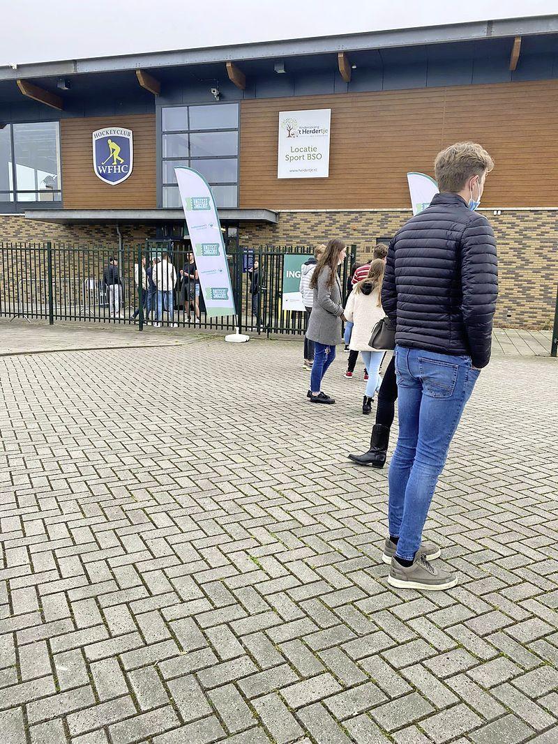 In de rij voor 'Testen voor Toegang': jongeren in de rij die niet kunnen wachten om hun lokale kroeg in te duiken'