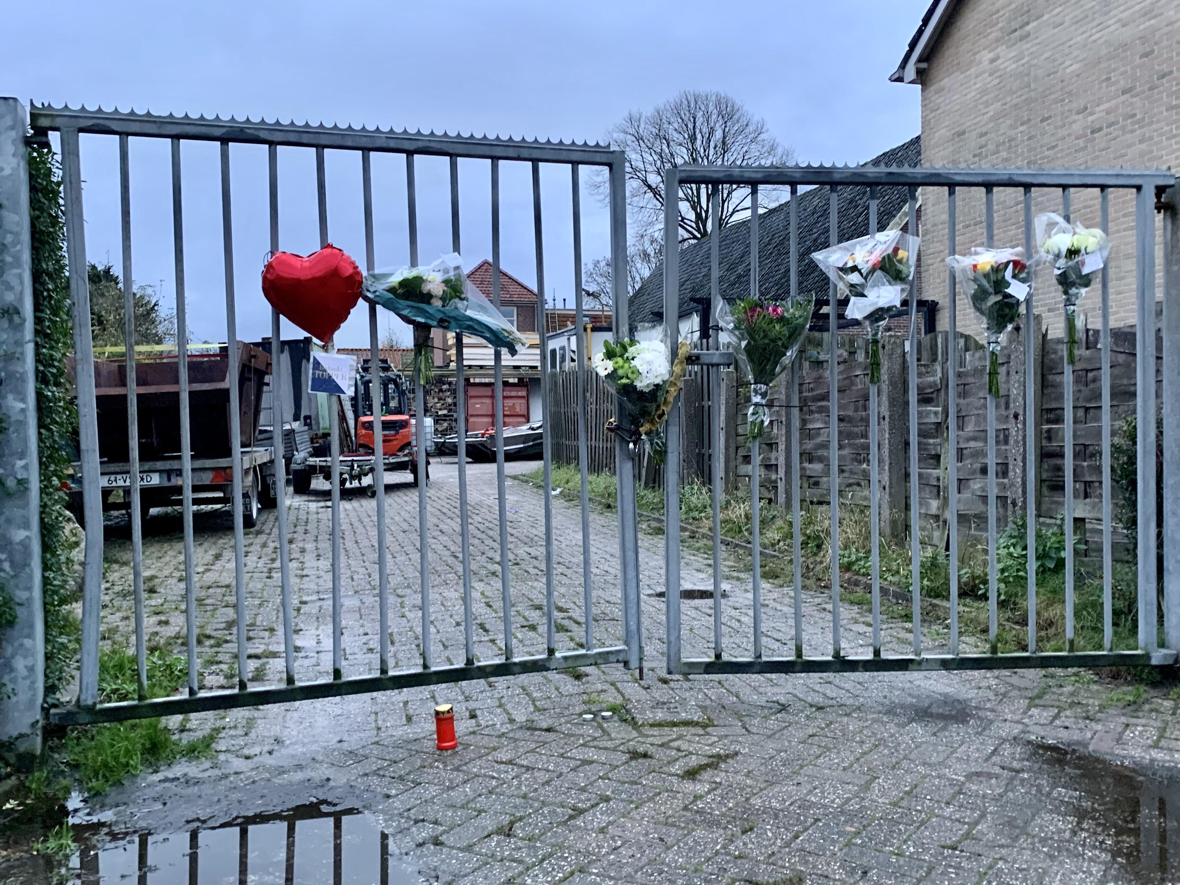Bloemen en een hartvormige ballon aan het hek voor de overleden Cas de Vries (29) uit Oudesluis. Luchtbenzinemengsel bij laswerkzaamheden werd hem waarschijnlijk fataal