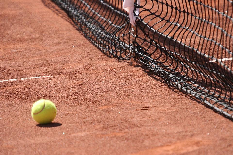 Yannick Mertens gaat voor TC Zandvoort tennissen