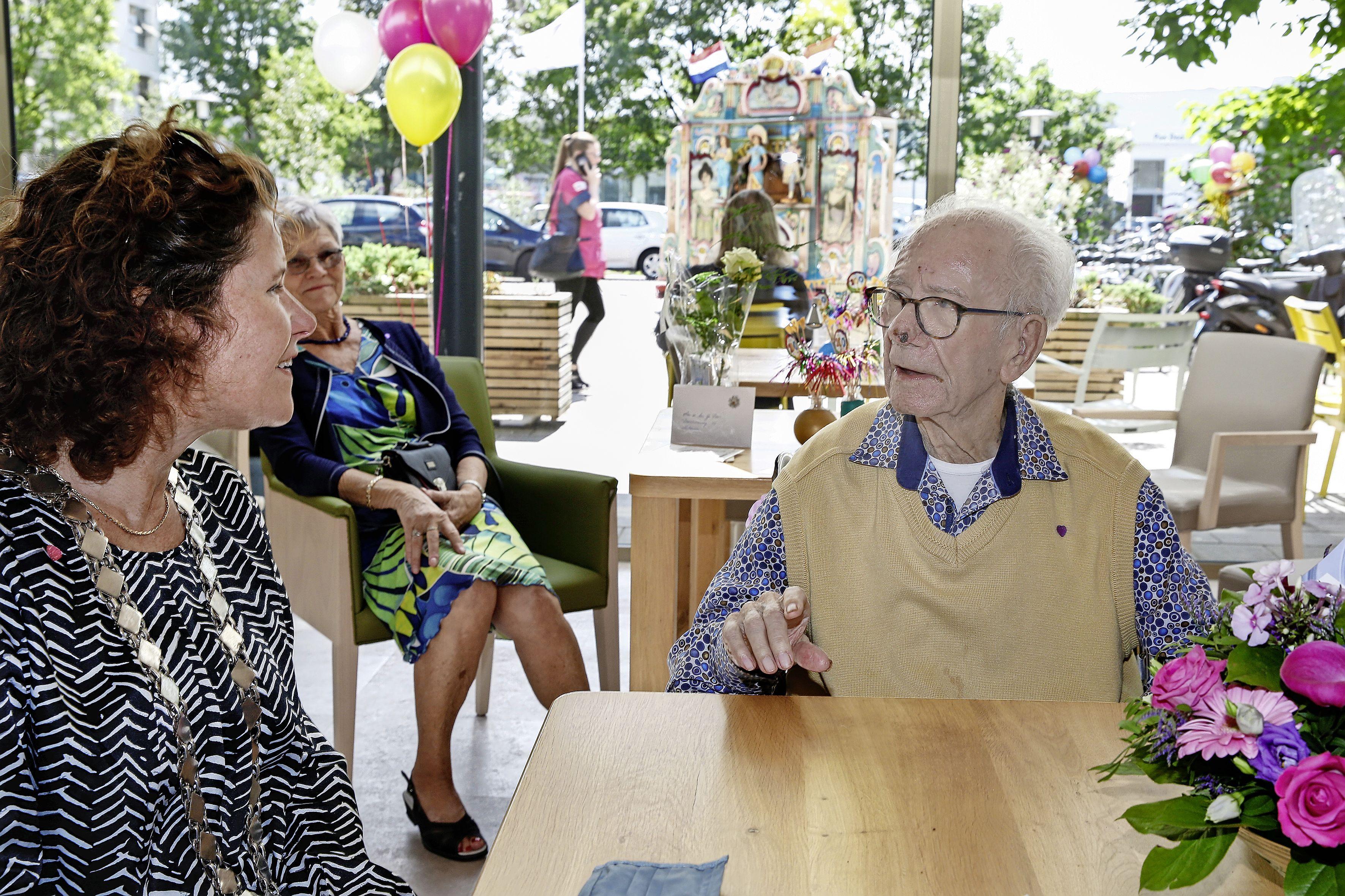 'Geweldig'; Hilversummer Gerrit Baas (100) beleeft mooie dag met draaiorgelmuziek op zijn verjaardag