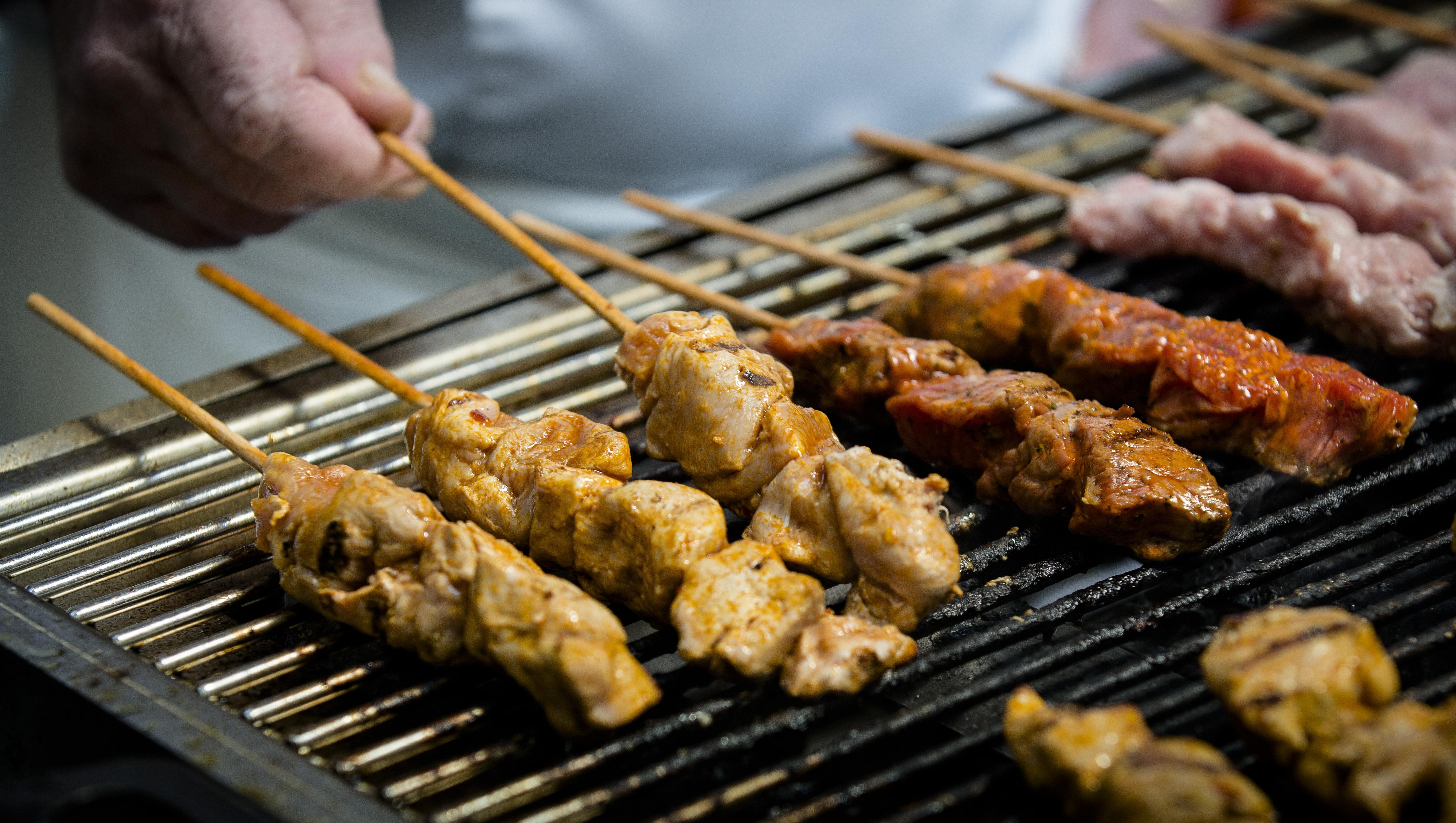 Als eindelijk het vlees op het rooster kon, waren de buren wel uit hun tuin gerookt | Column