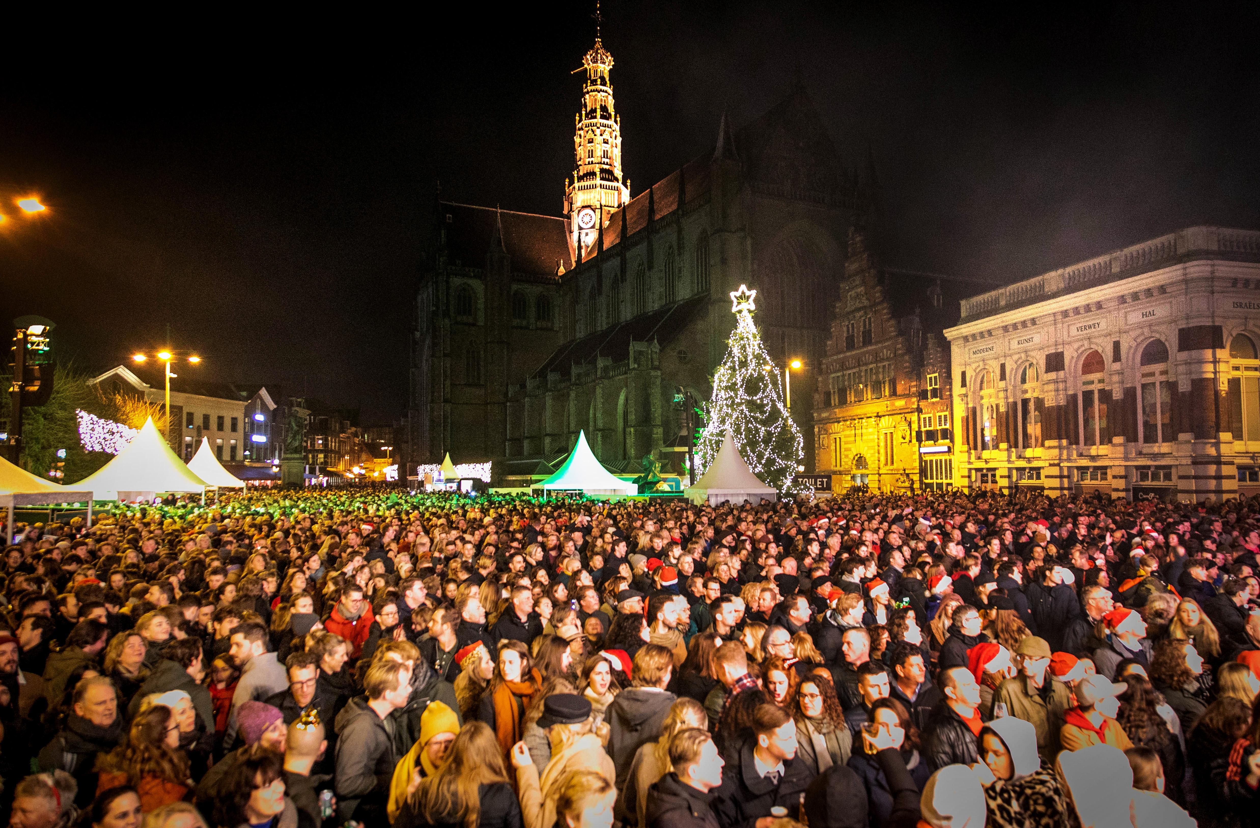 Kerstsamenzang vanwege corona niet op de Grote Markt Haarlem, maar vanuit de luie stoel