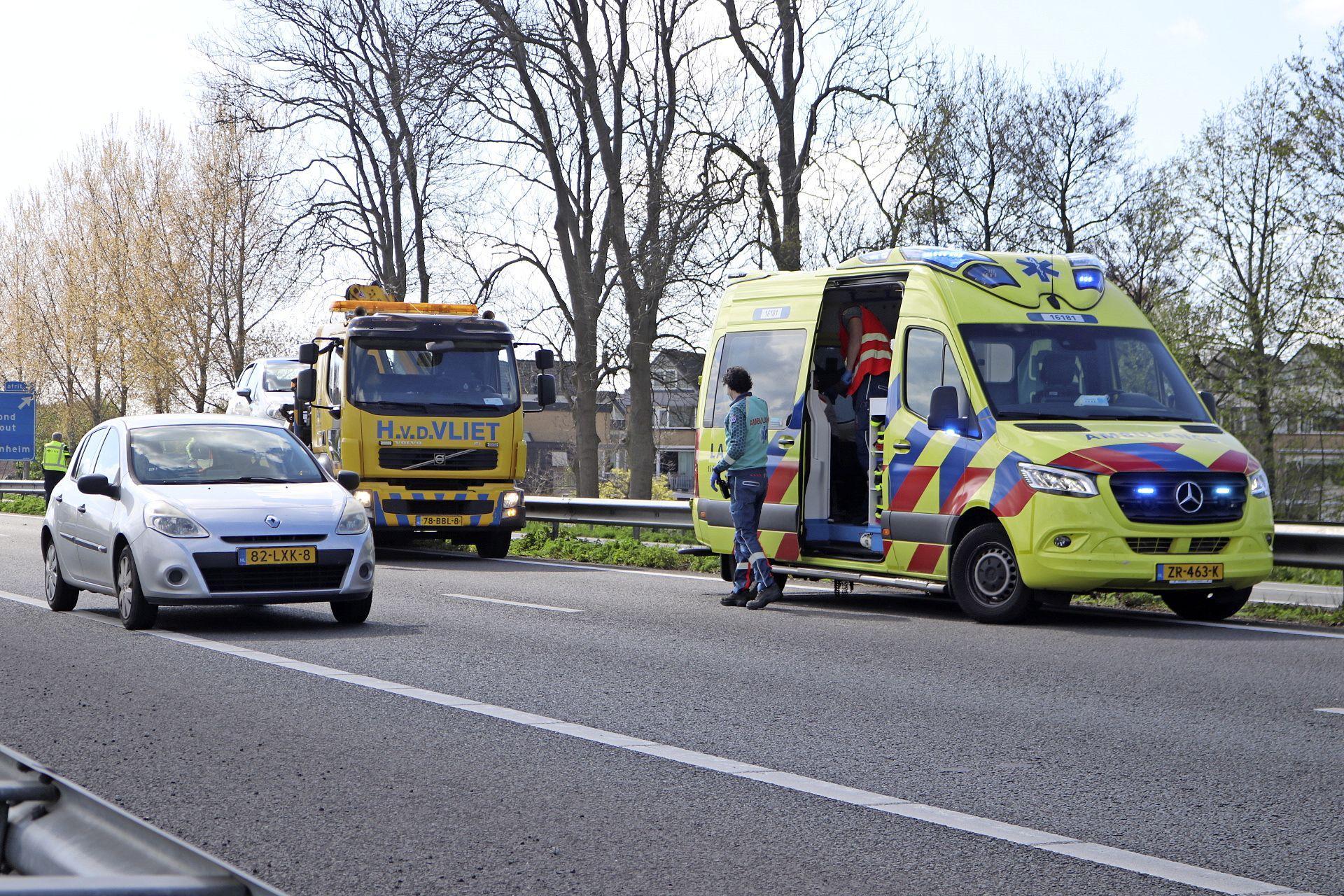 Automobilist knalt tegen vangrail op de A44 bij Sassenheim, Rijkswaterstaat voert spoedreparatie uit met files tot gevolg
