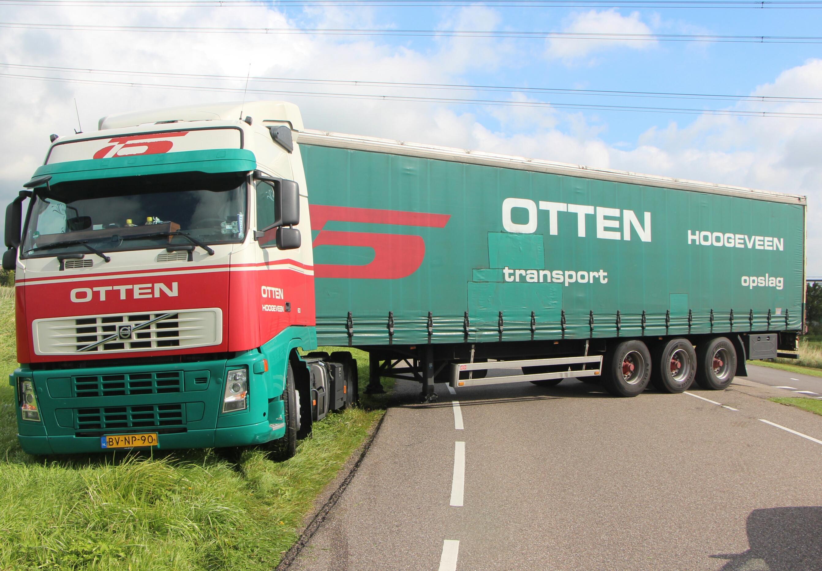 Vrachtwagen overdwars op Zaandammerweg in Assendelft [update]