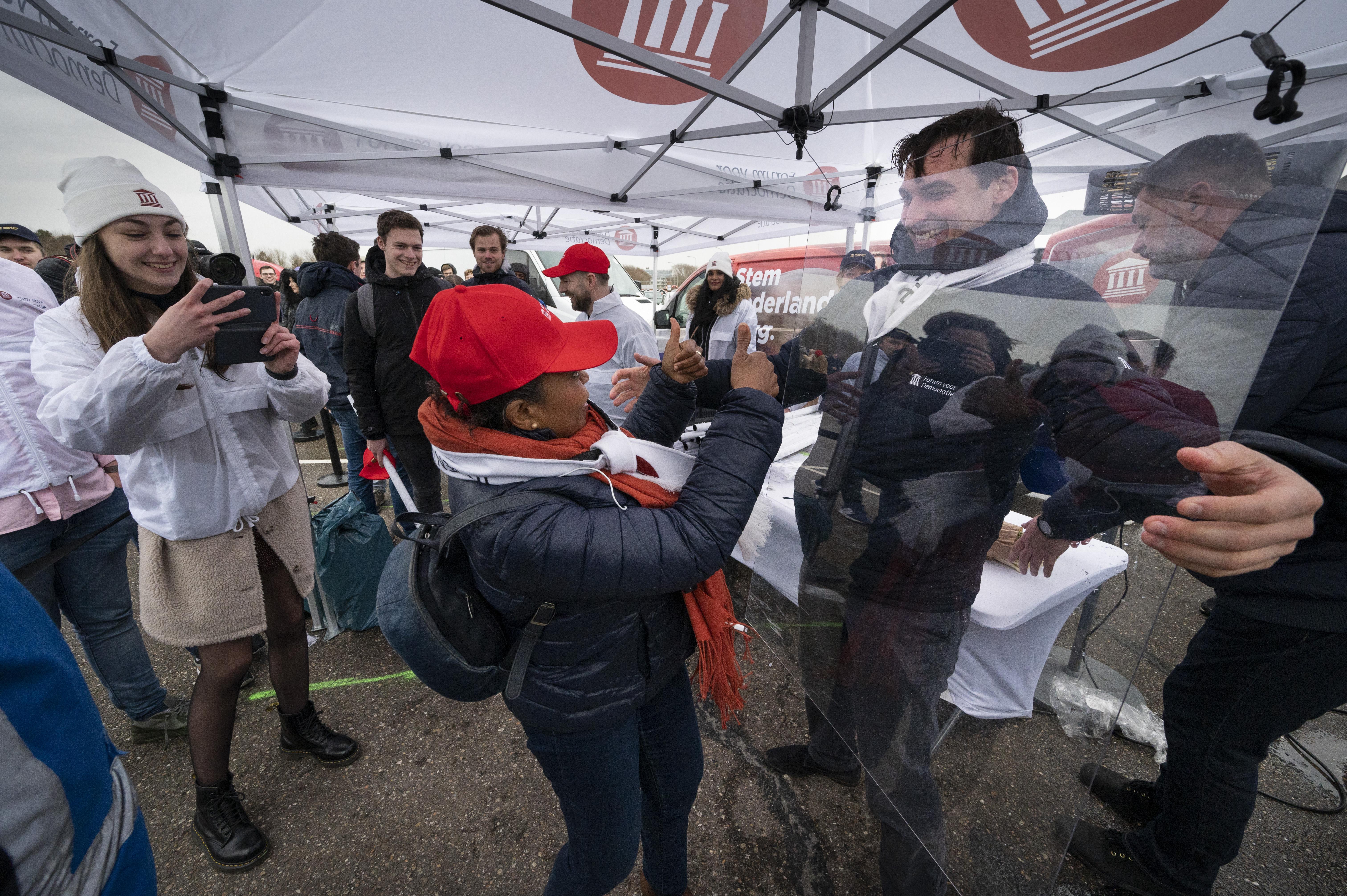 Verkiezingsrally Baudet in Katwijk frontale aanval op coronamaatregelen: 'Wij vormen het grootste civiele leger van dit land'
