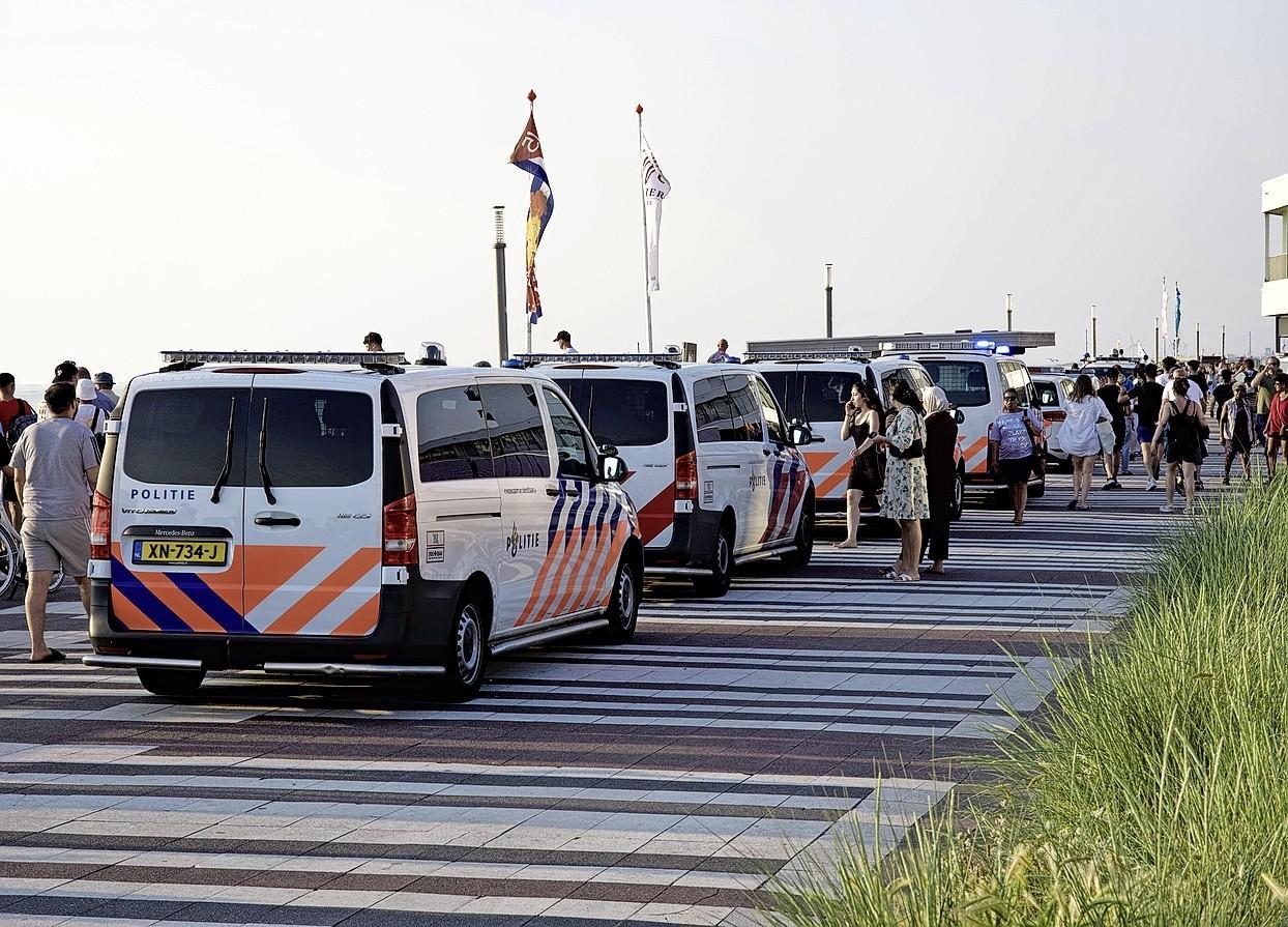 Gebiedsverboden voor 32 jongeren na strandrellen in Zandvoort