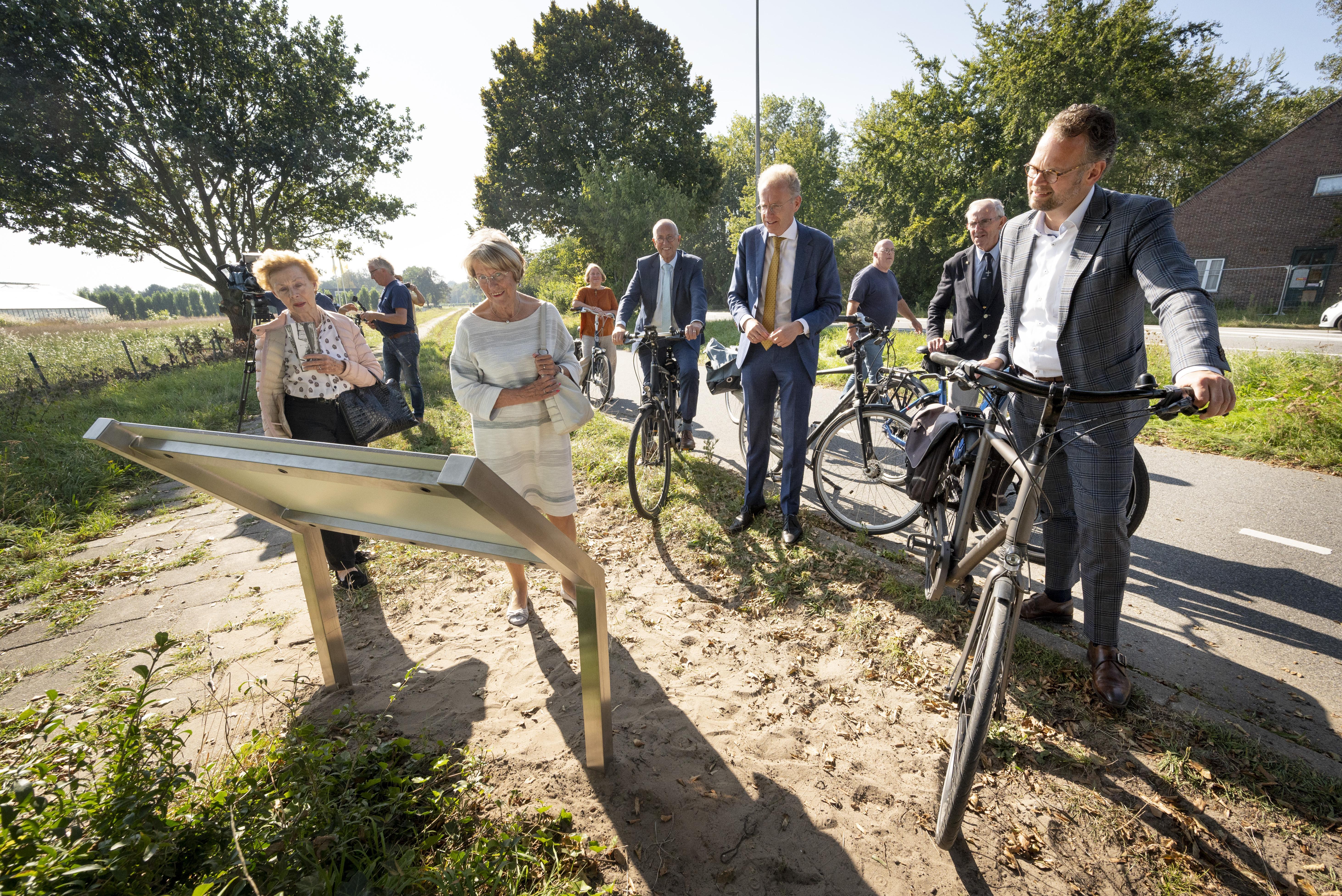 Wethouders Kees Wassenaar en Jacco Knape openen herinneringsroute vliegveld Valkenburg