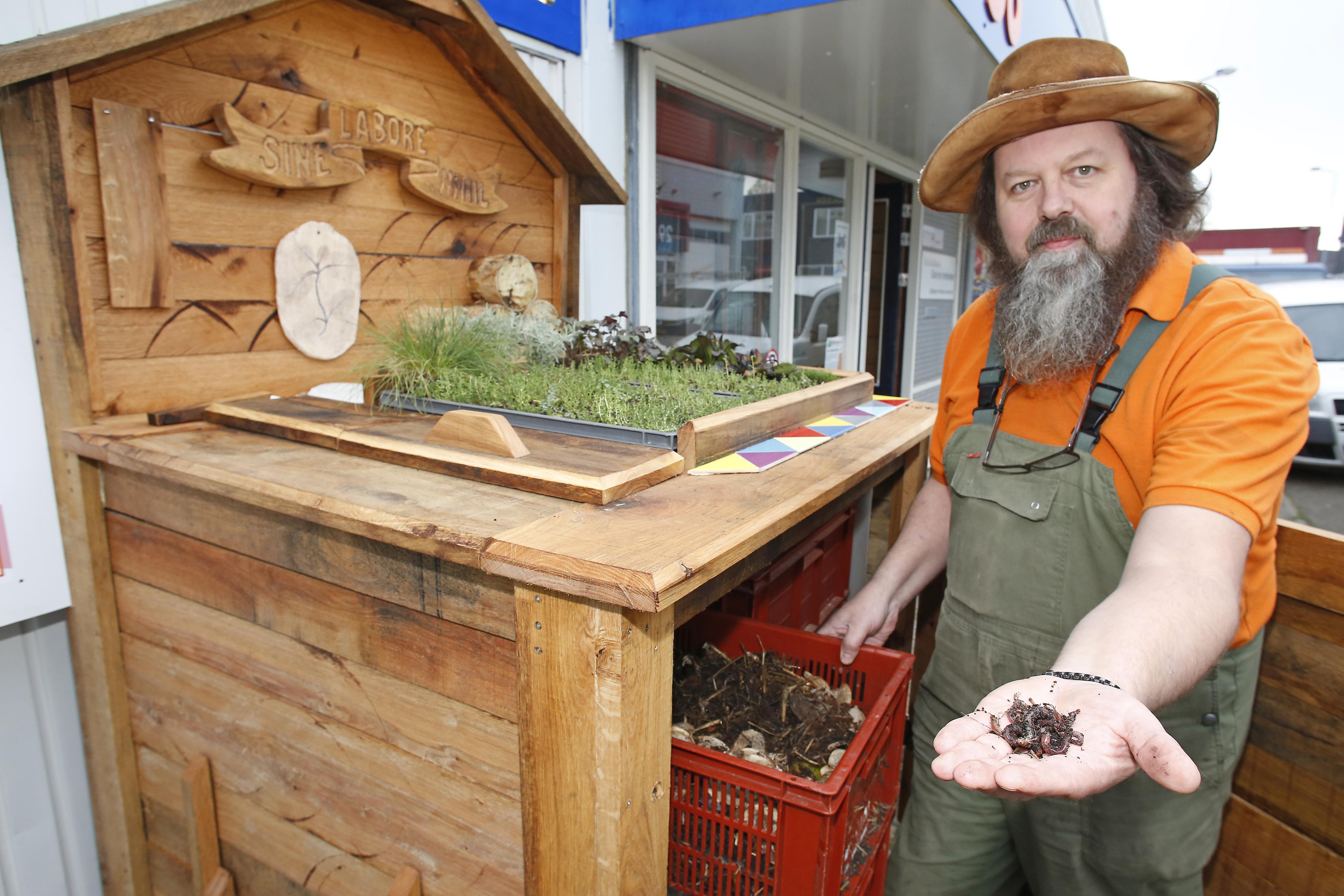 Hilversummer Marcel Hammann bouwt een hotel voor tijgerwormen: 'Niet zo'n grote stap en ontzettend leuk voor de buurt'