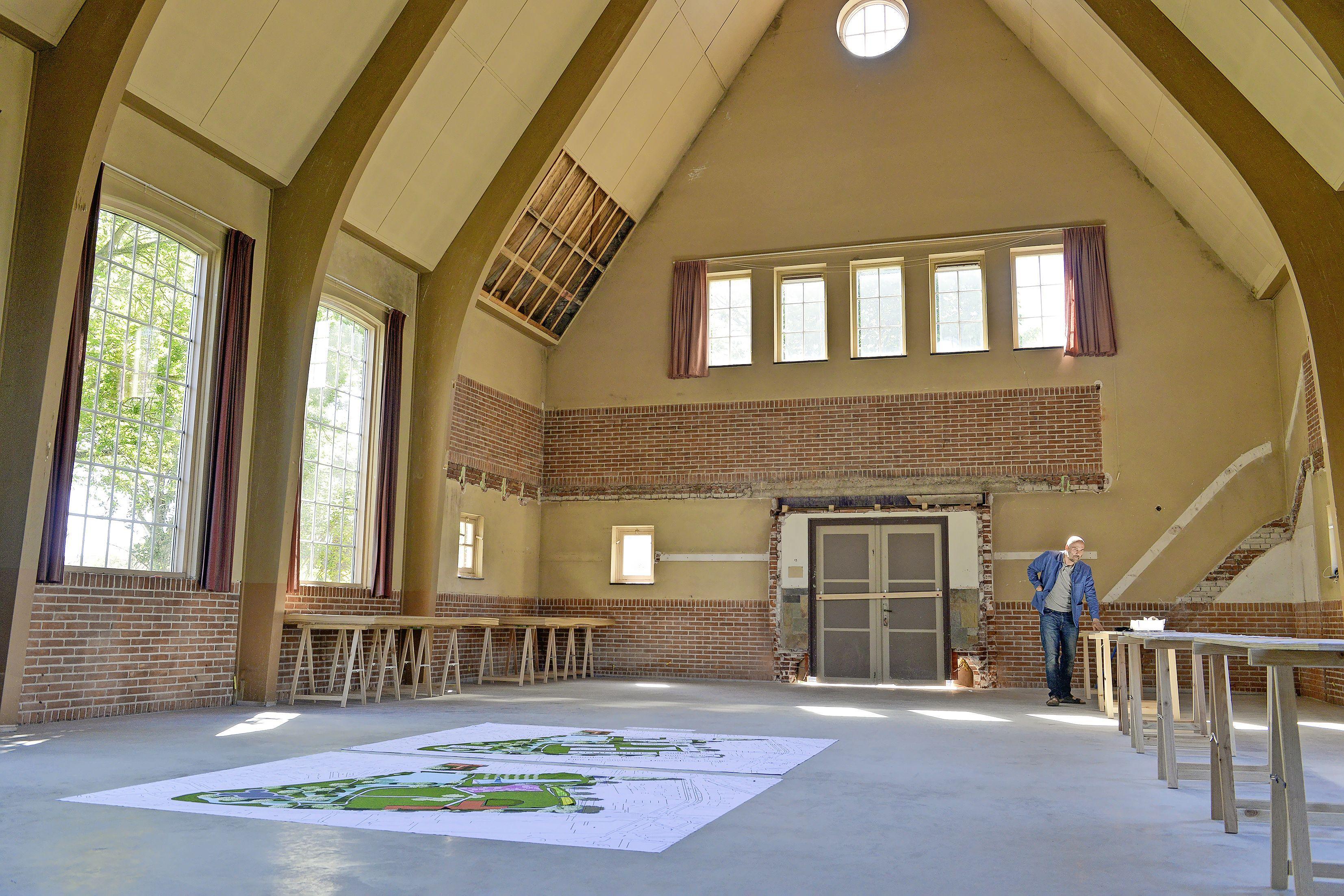 De Amsterdamse regisseur René van Elteren leerde de Texelse architect Marije Bakker kennen op het pontje naar Noord. Nu verbouwt het stel een kerk op het eiland