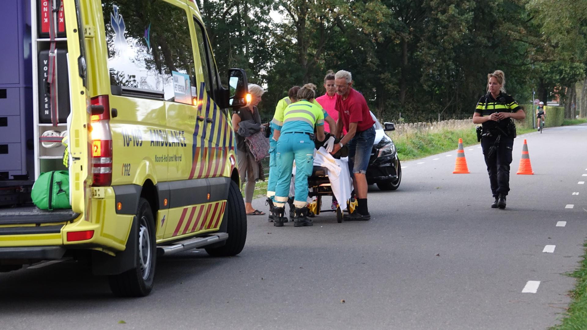 Fietser komt hard ten val na aanrijding met auto in Hoogwoud