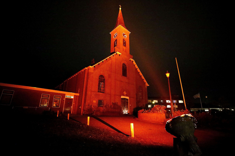 Rood verlichte kerk in 't Zand brengt vervolging van gelovigen onder de aandacht