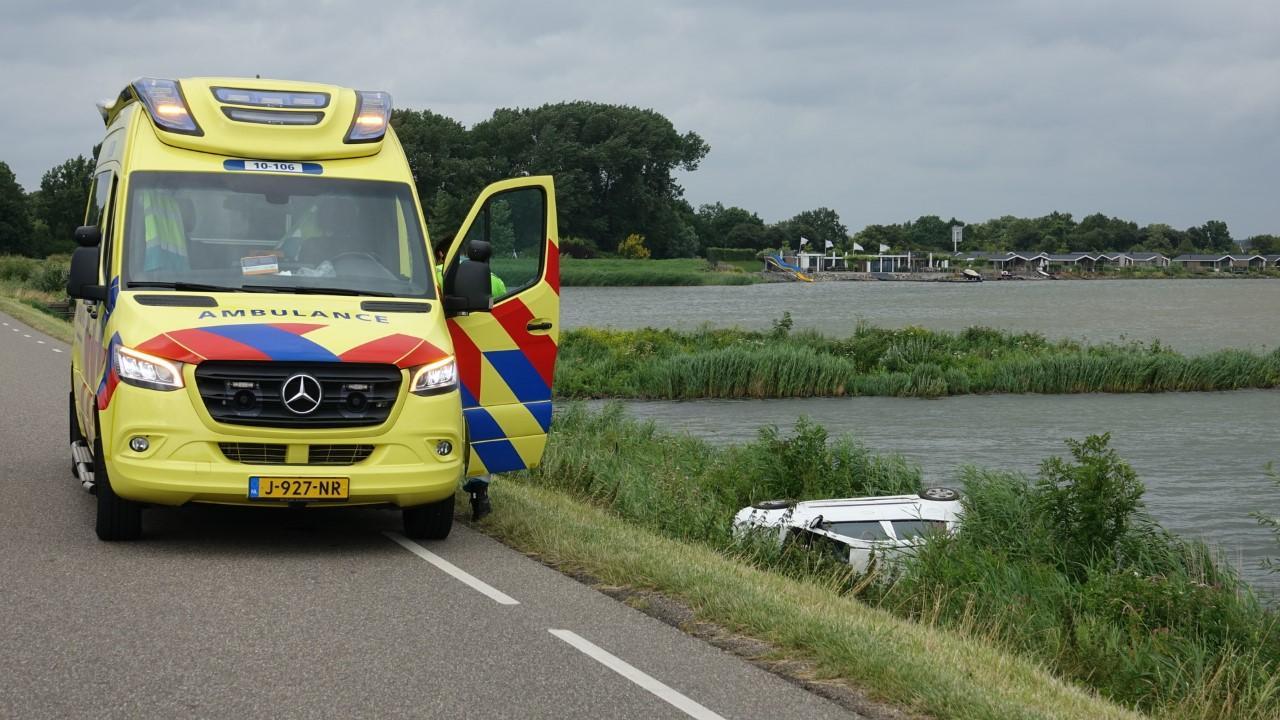 Auto slaat over de kop bij botsing in Venhuizen