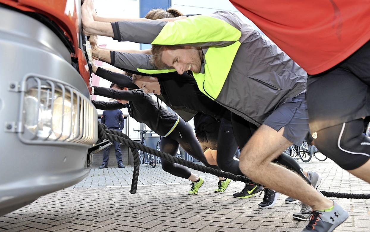 Brandweer houdt ludieke wervingsactie bij sportschool in Uitgeest