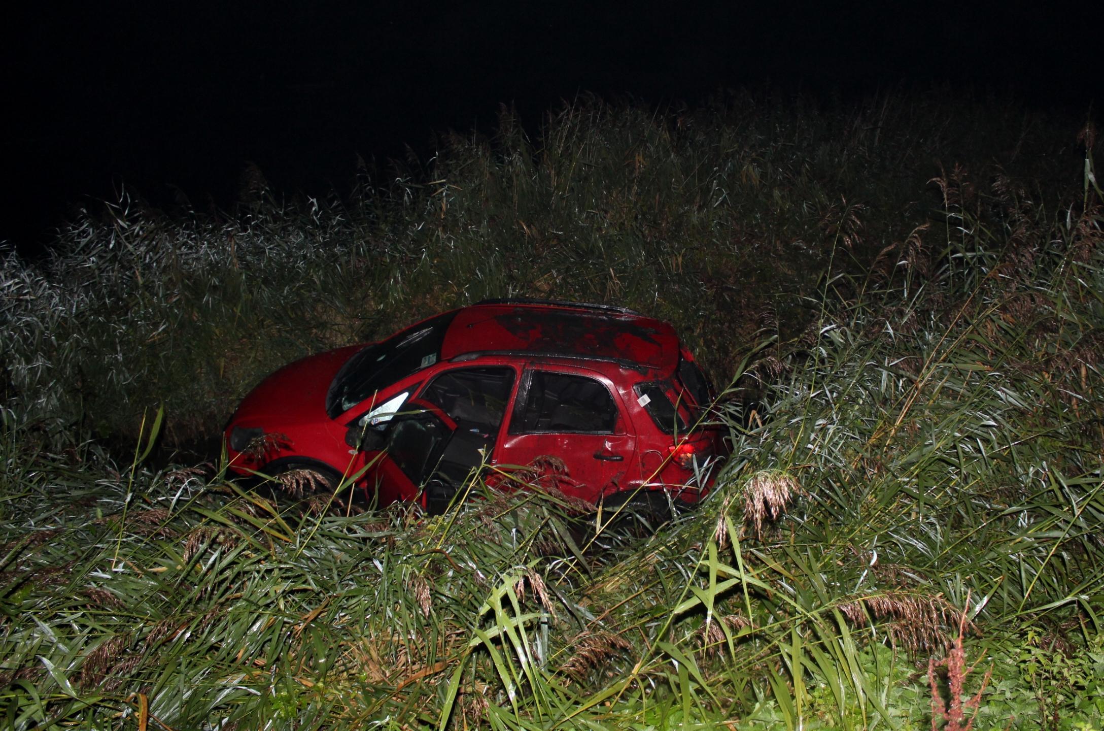 Jonge automobilist met slok op rijdt sloot in bij Schellinkhout