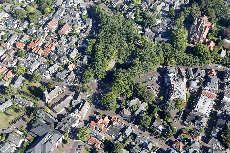 De zaag gaat in de bomen op de Brink in Laren, maar wees gerust: het is gewoon onderhoud