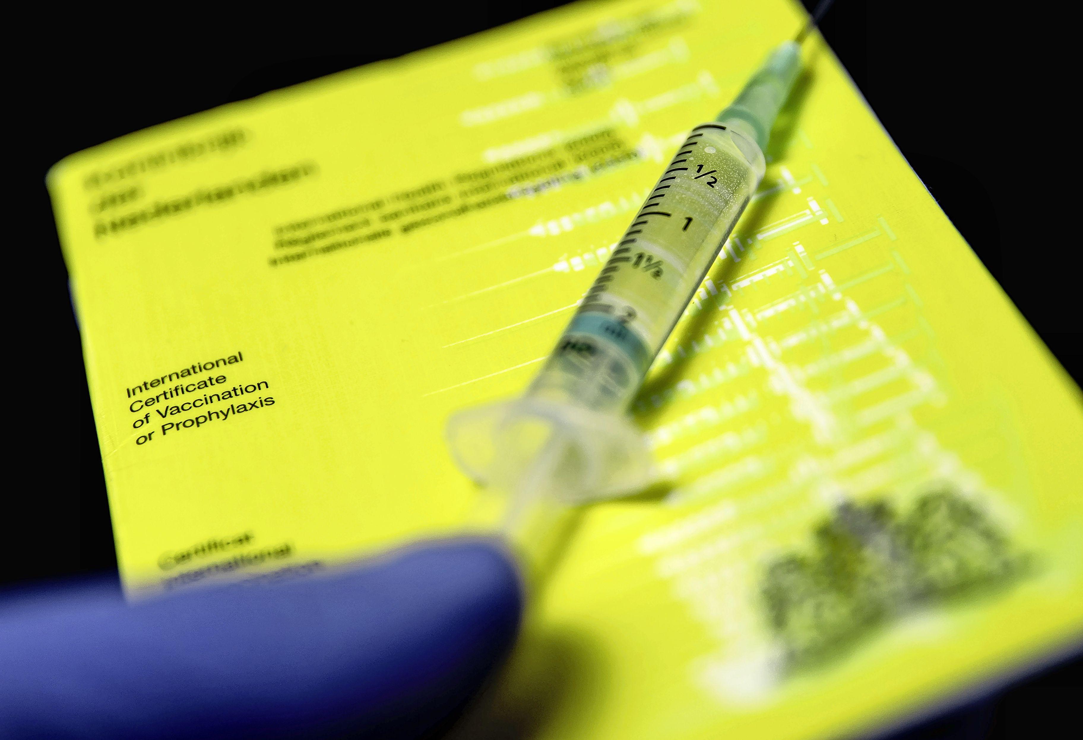 Veel vraag naar vaccinatiestempel in het gele boekje: 'Ingewikkeld dat dit er nu ineens bij komt. Je kunt er helemaal geen rechten aan ontlenen'