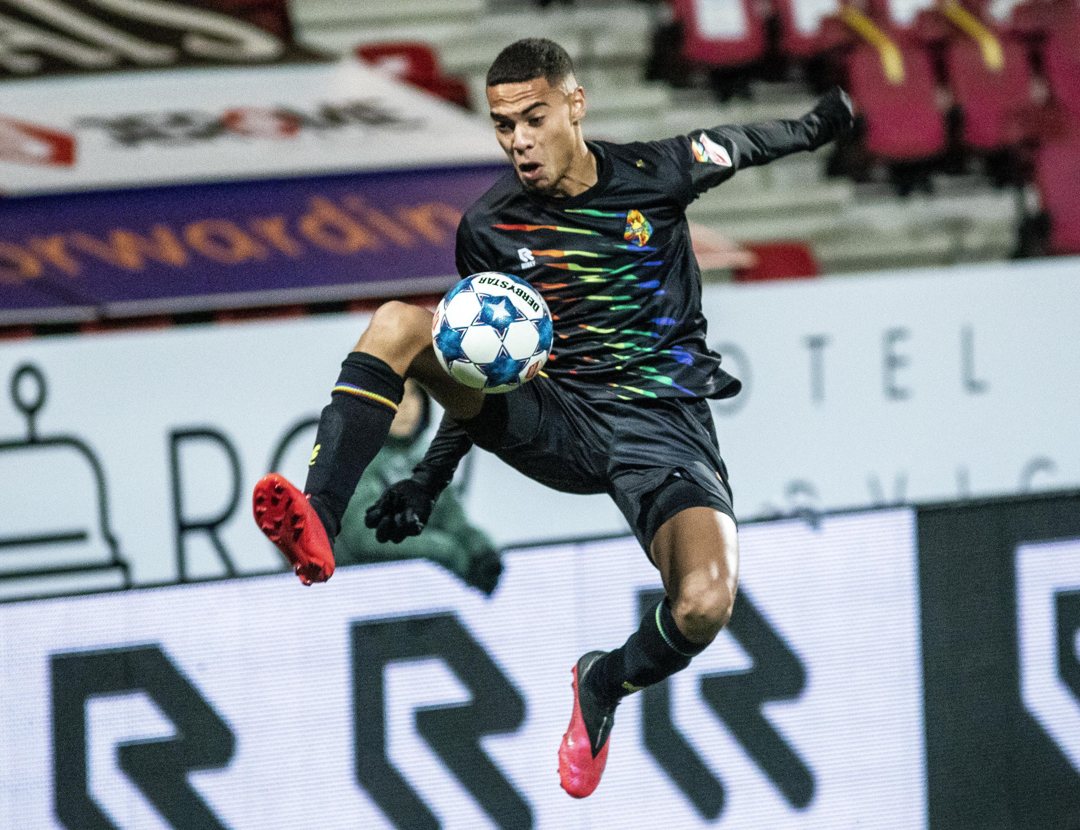 Jonge spelers laten zich zien bij door corona geteisterd Telstar tegen Almere: 'Als je 19 bent en zo speelt, dan vind ik dat geweldig' [video]