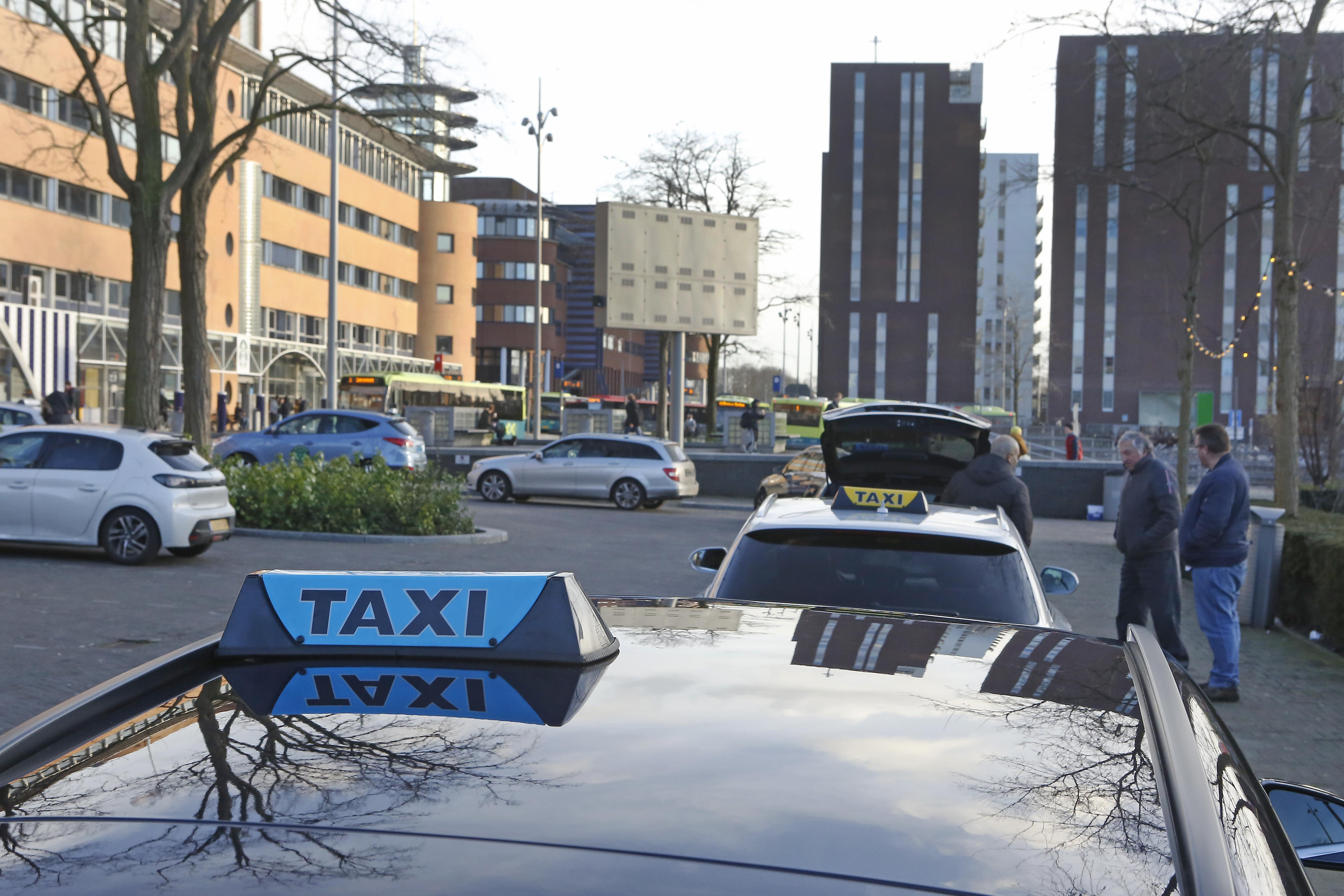 Gooise taxibedrijven maken zich niet bijzonder druk over de avondklok: 'We draaien nu al een omzetverlies van 80 procent, dan kan dit er ook nog wel bij'