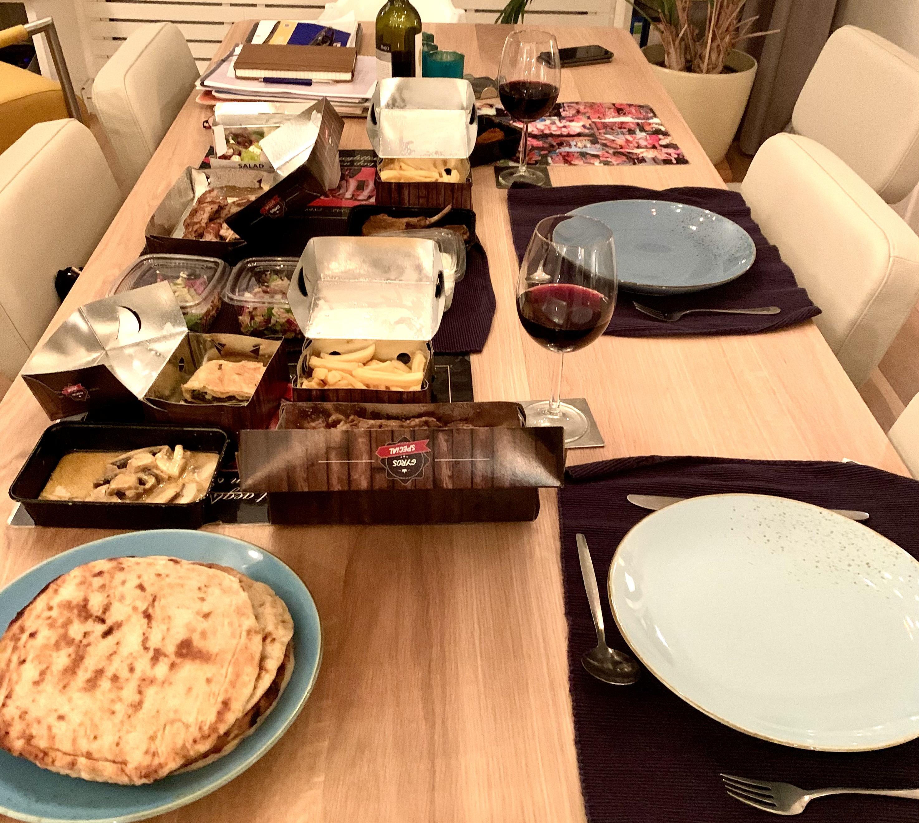 De Griek bij je thuis: op onze eettafel ontstaat een kleurrijk, Mediterraan geurend schilderij