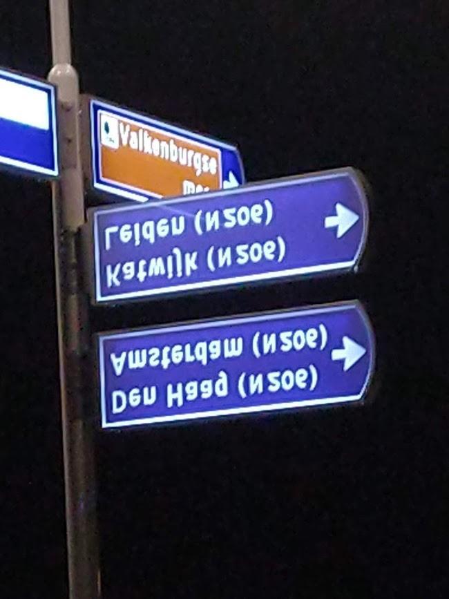 Zijn we in Rusland? Nee, de verkeersborden hangen op z'n kop