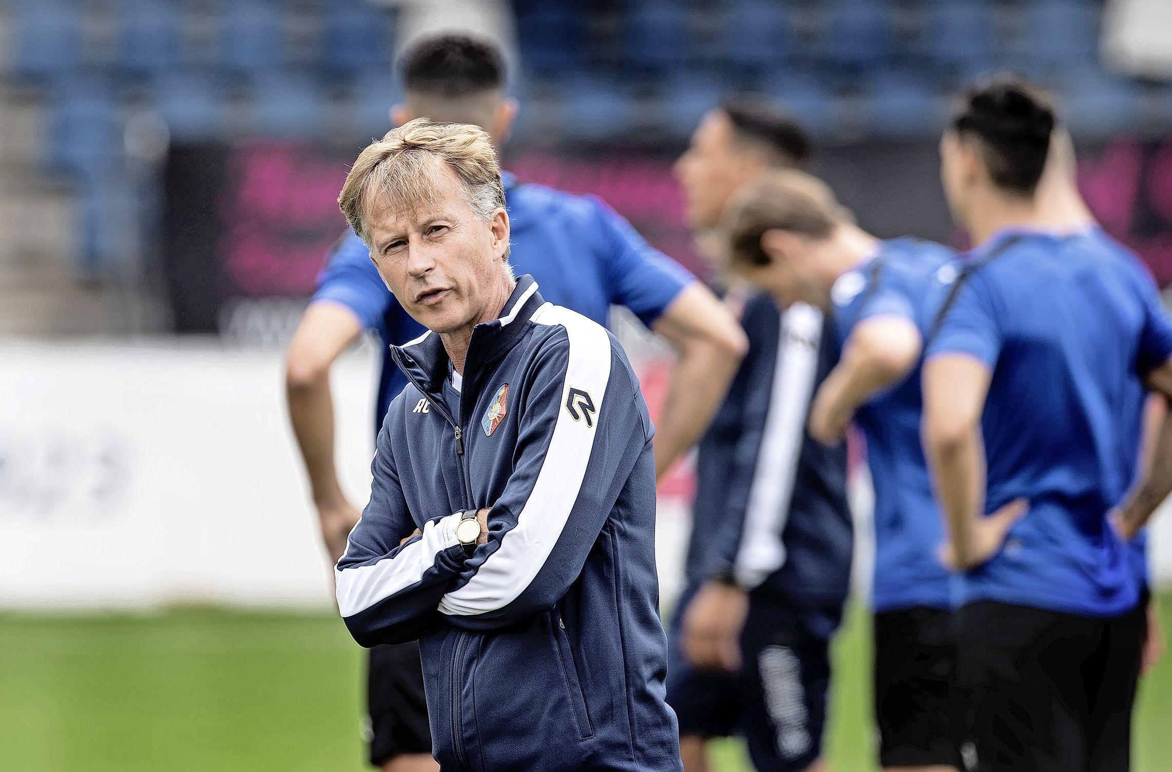 Telstar trainer Andries Jonker lijkt in 'stormwedstrijd' weer voor 5-3-2 systeem te gaan: 'Maar ik wil het 4-4-2 systeem van vorige week niet meteen de prullenbak ingooien'