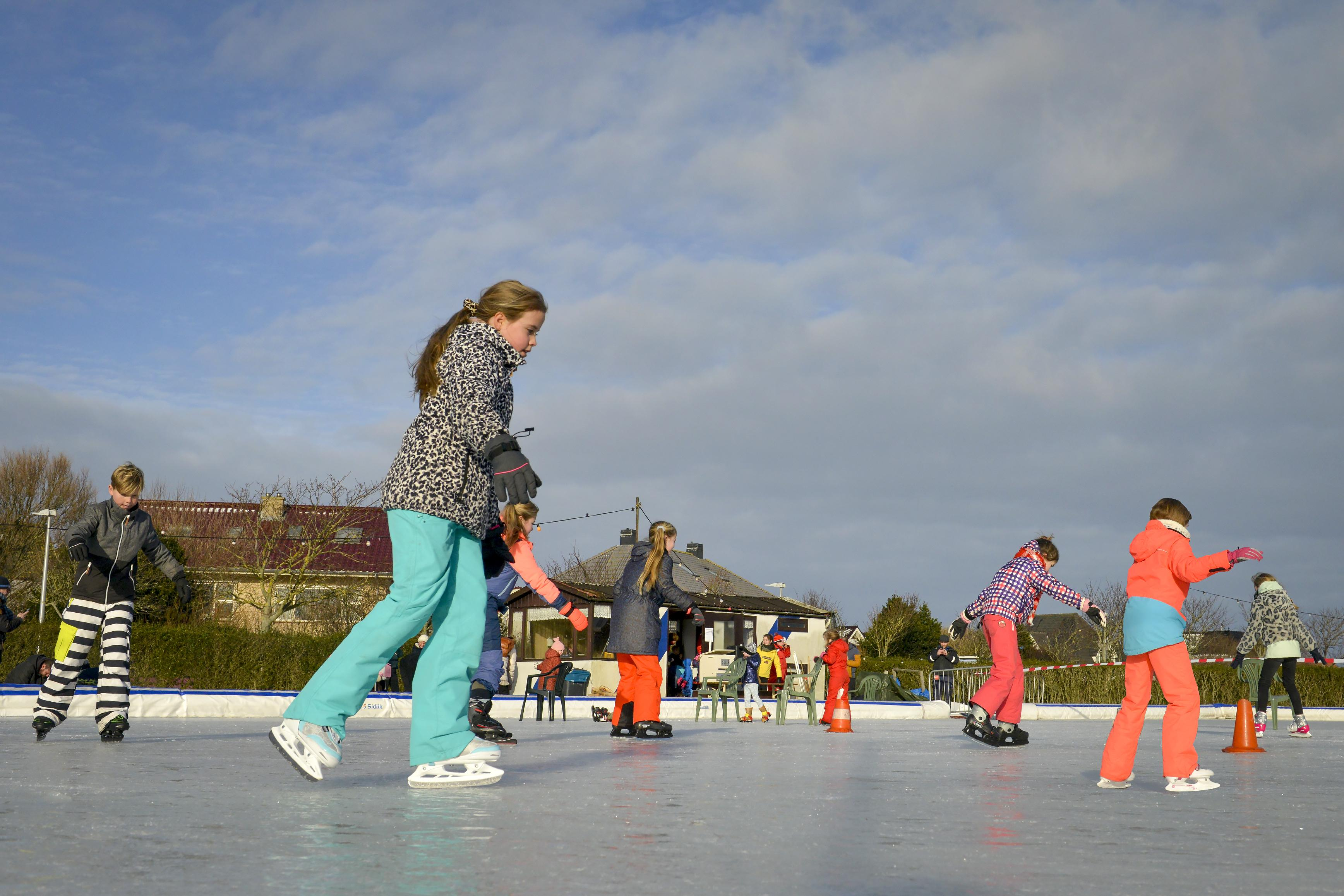 'We did it!' De vrolijke 'ijsmeesters' van De Koog openen de baan. Als eerste in de wijde omgeving. Met Rintje Ritsma