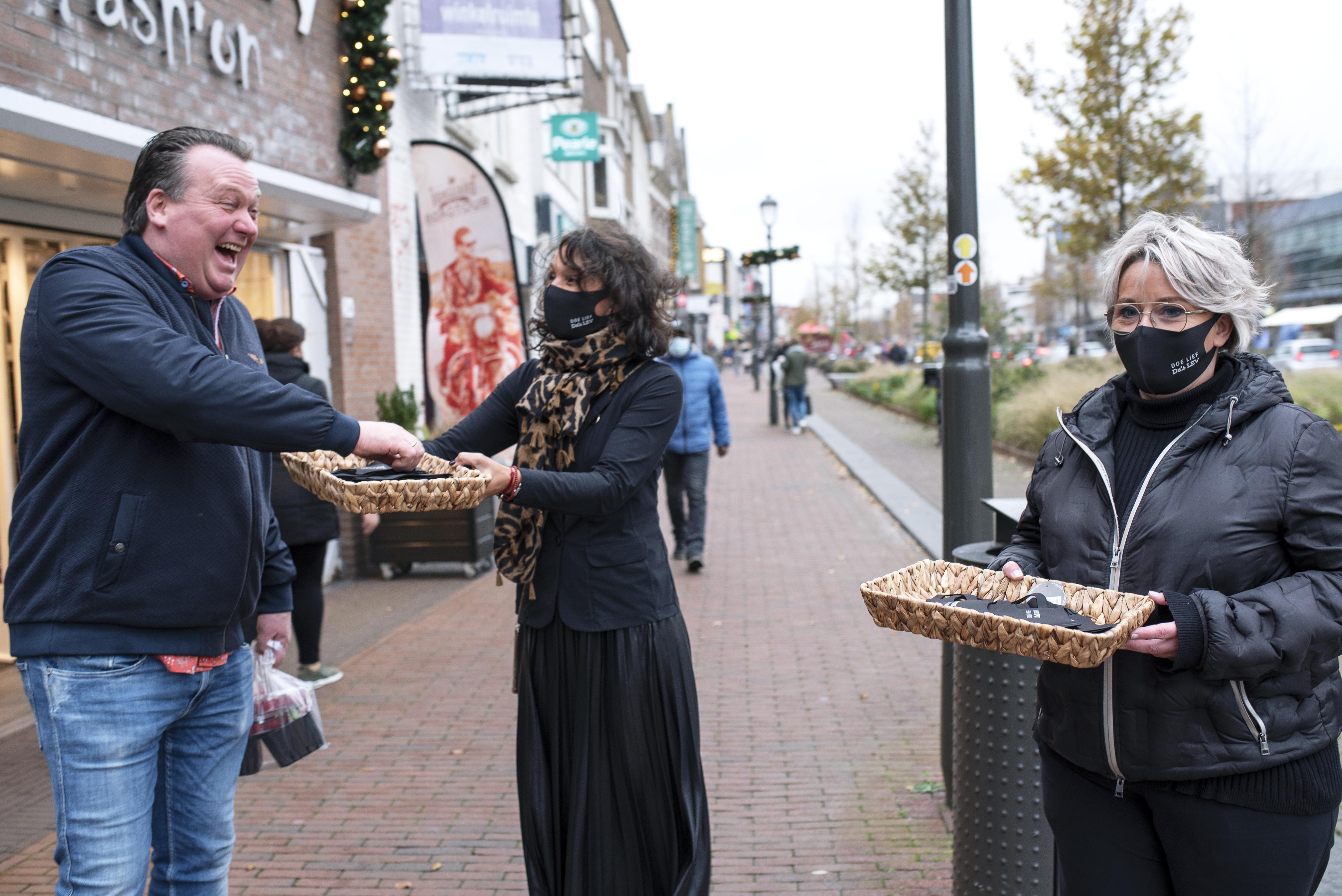 Winkeliers aan de Breestraat in Beverwijk pakken doordacht uit: uitdelen kekke mondkapjes groot succes
