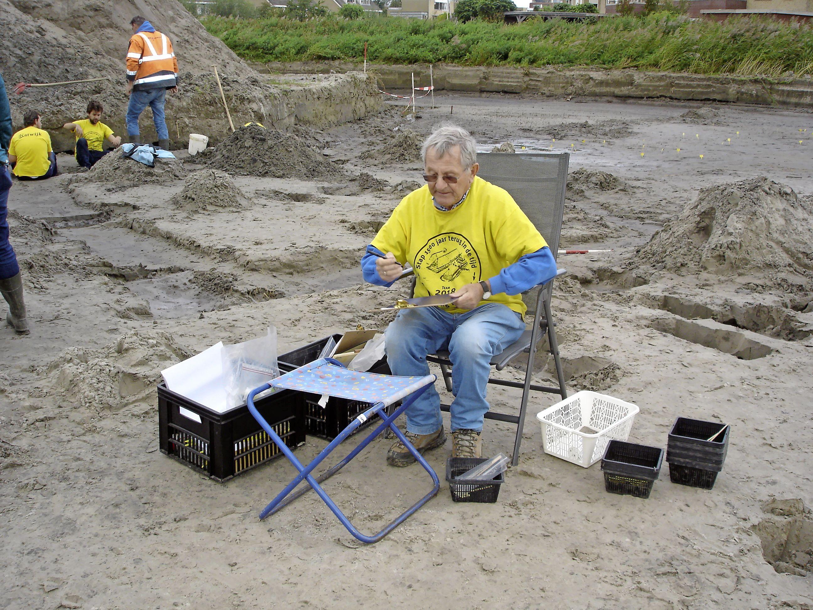 Voorschotense amateurarcheoloog vertaalt taaie onderzoeksrapporten over bijzondere bodemvondsten in Zuid-Holland Noord in boekjes voor het publiek: 'Veel moois onder de grond'