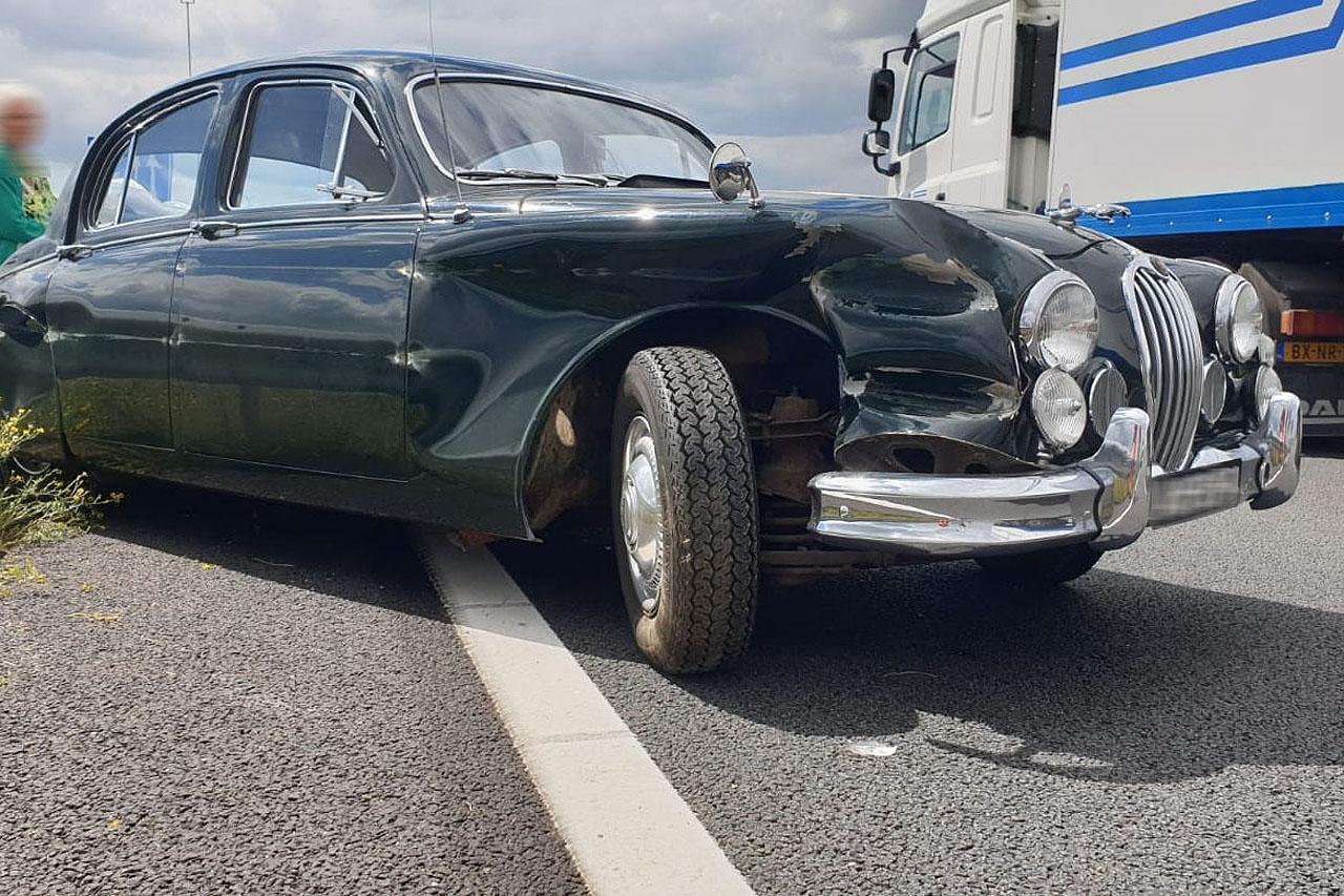 Klassieke Jaguar in de kreukels bij ongeval in Lijnden