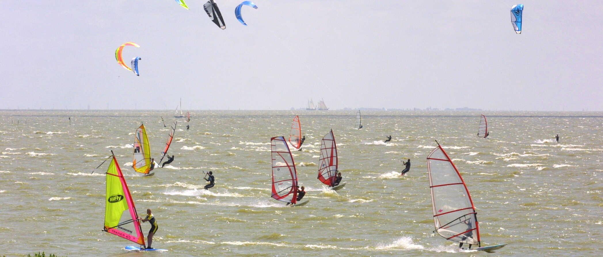 Windsurfers vragen om extra parkeerplekken op dijk Schellinkhout