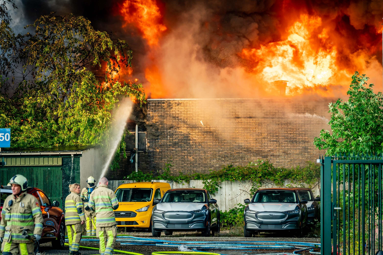 Korpsen uit de wijde omtrek naar verwoestende brand in Soesterberg; door de grote hitte moeilijk te bestrijden; probleem met wateraanvoer