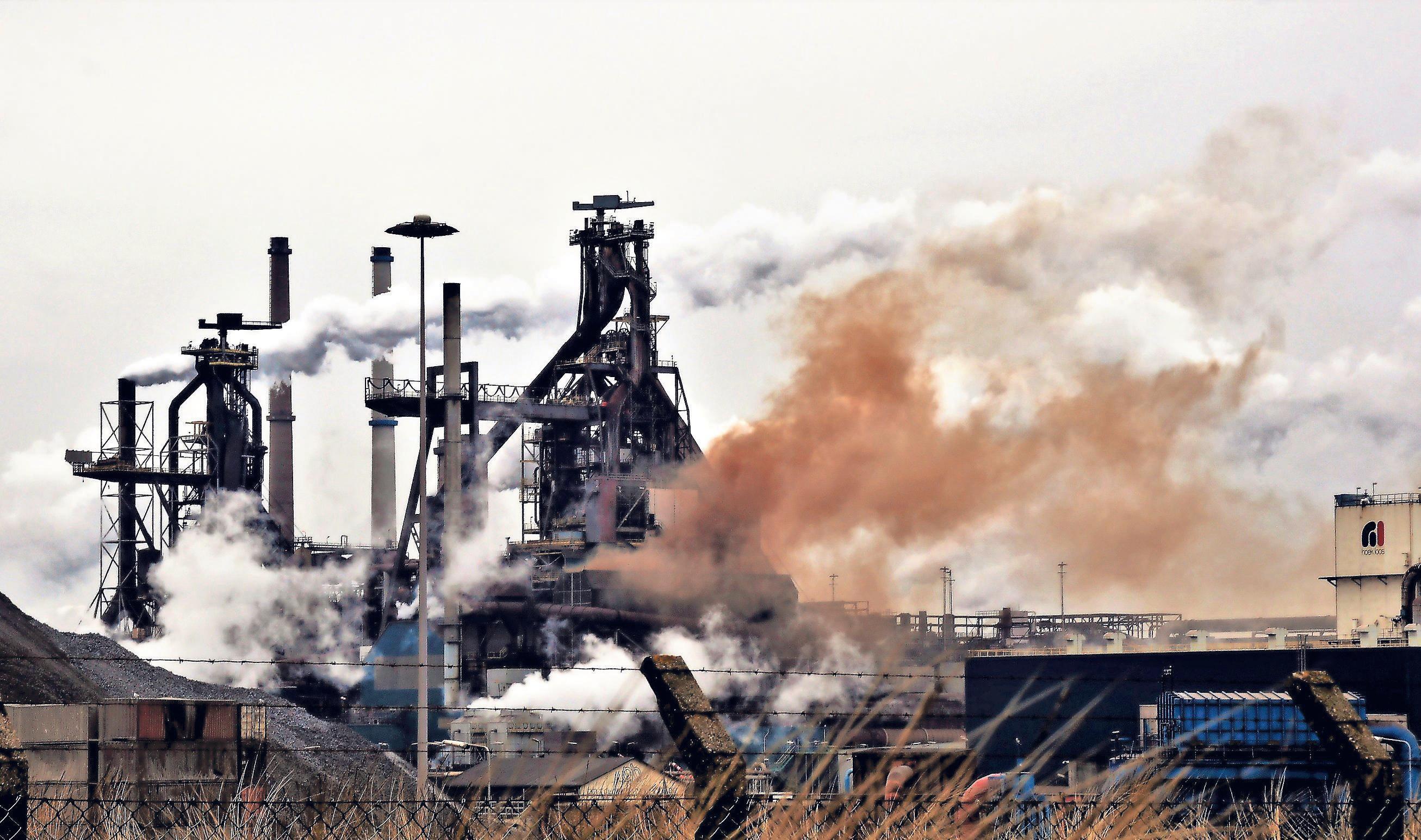 Ja: er komen jaarlijks meer dan duizend bruine roetwolken uit de hoogovens, maar nee: de vergunning wordt hierdoor niet overtreden, zegt bezwarencommissie provincie
