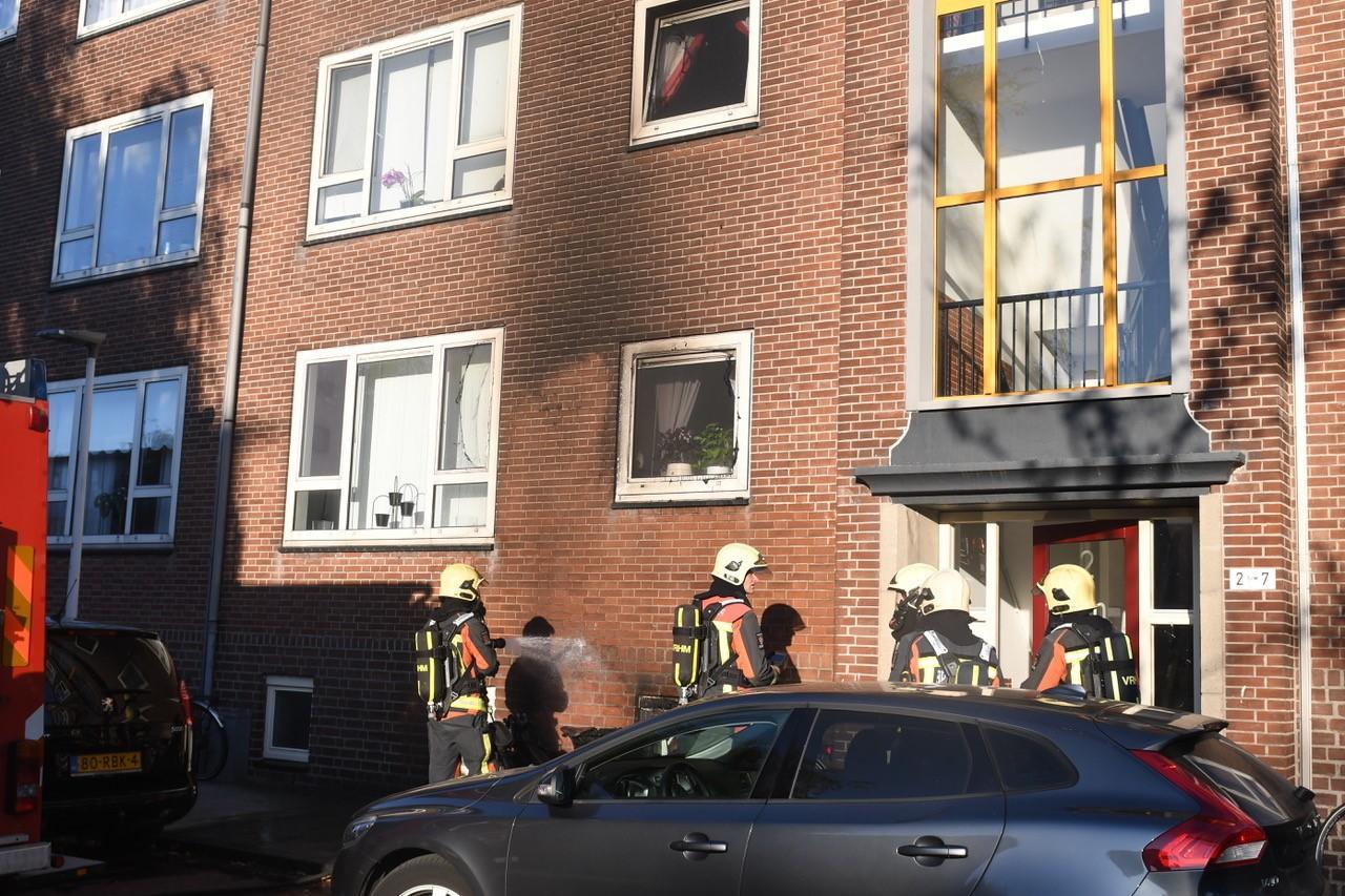 Portiekwoningen ontruimd wegens brommerbrand in Leiden