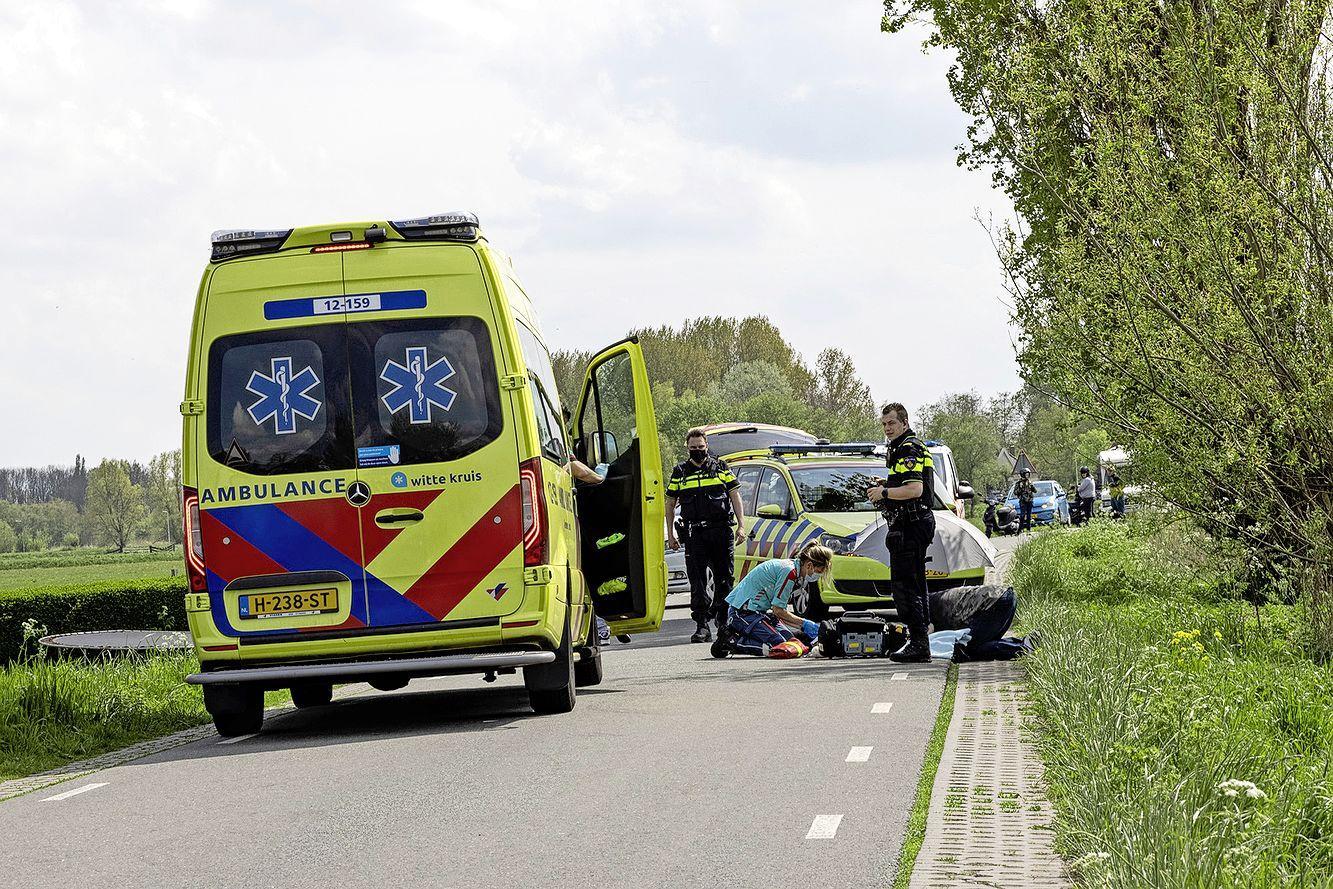 Fietsster naar ziekenhuis na val door stenen randje langs de weg in Spaarndam
