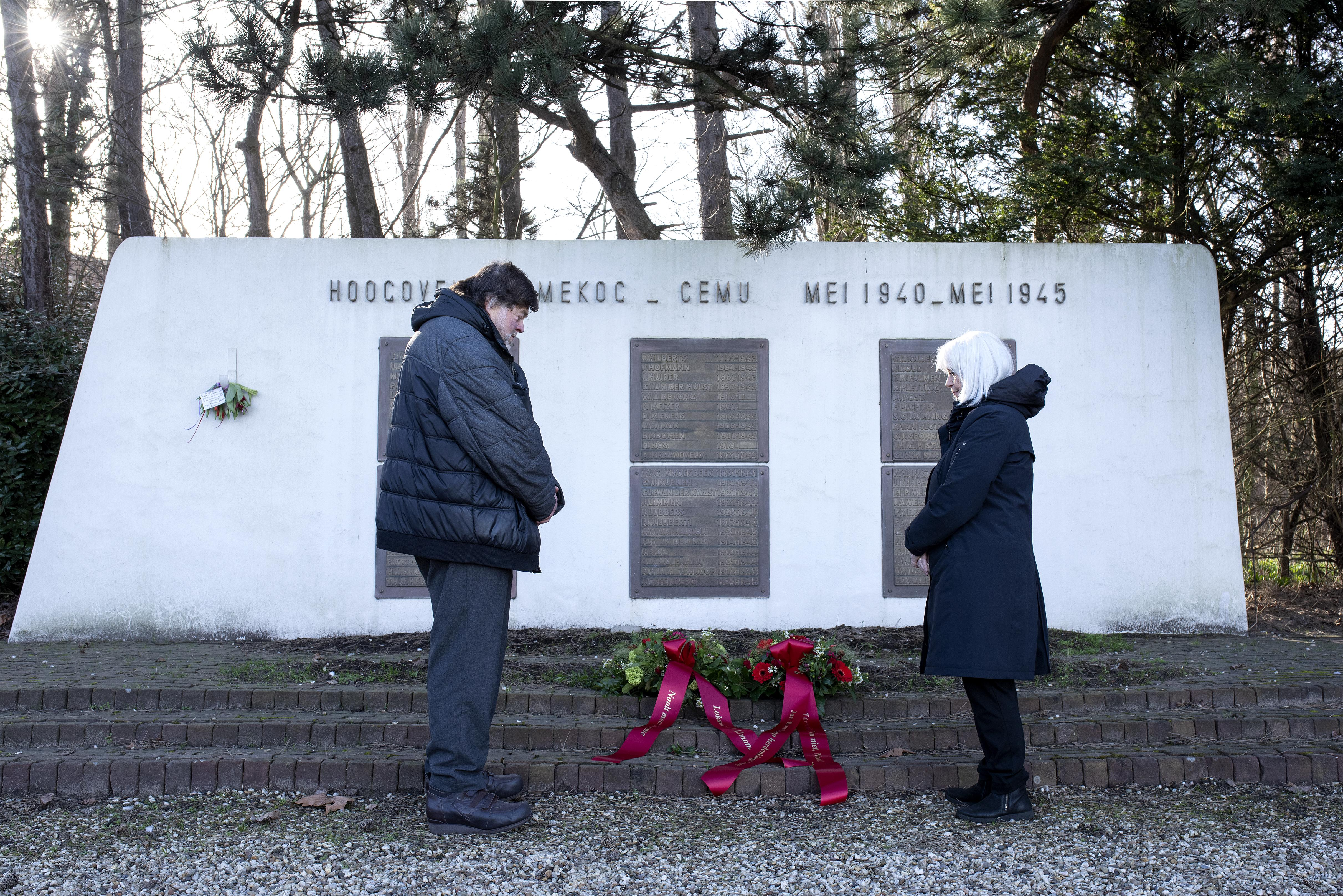 Kranslegging voor februaristaking '41 voor het eerst op het Jan Brasserplantsoen in Velsen-Noord