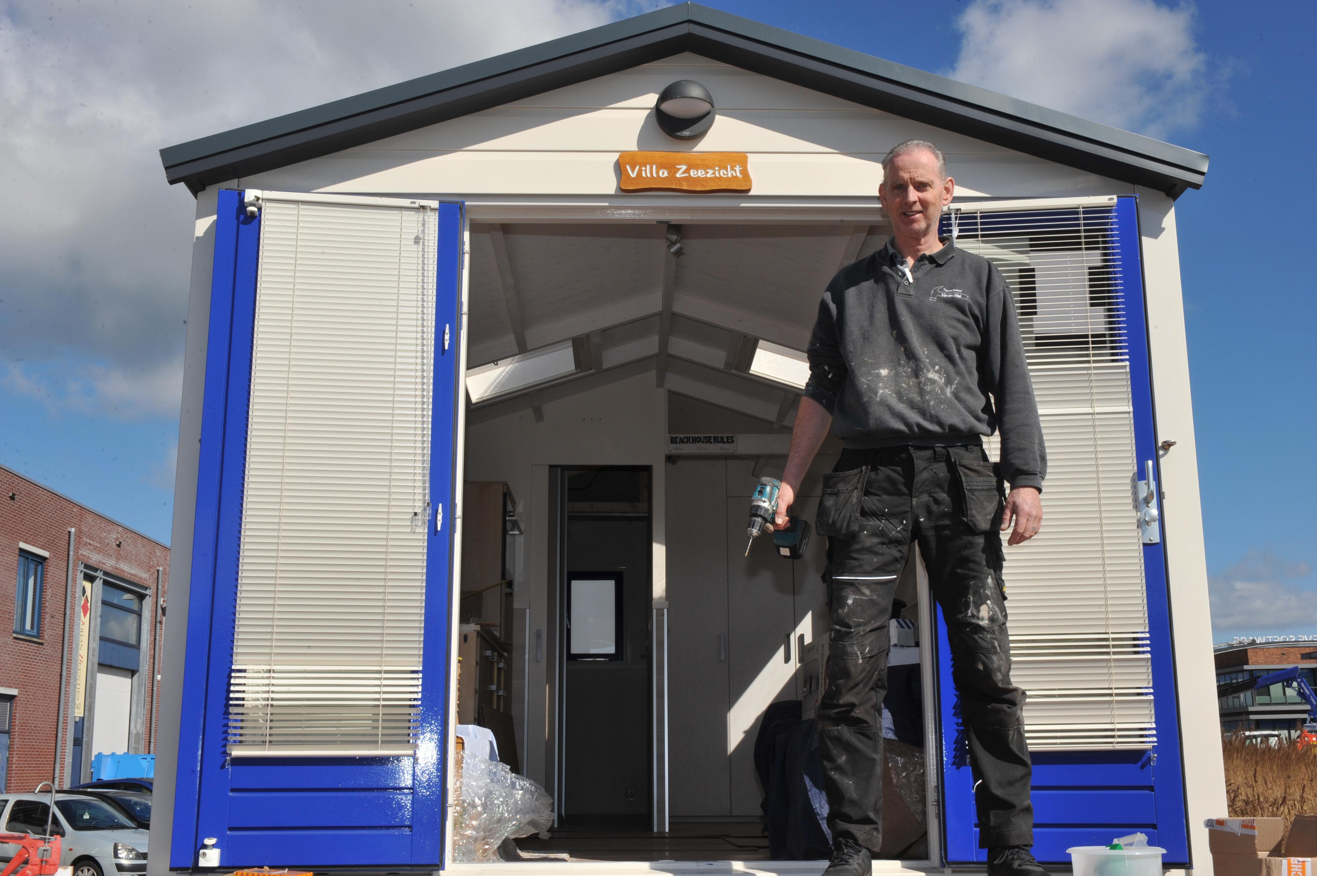 Martin van der Stel timmert strandhuisjes. 'In de loop der jaren heb ik tweehonderd huisjes gemaakt. Ik heb er zelf geen een. Ik maak liever een wandeling'