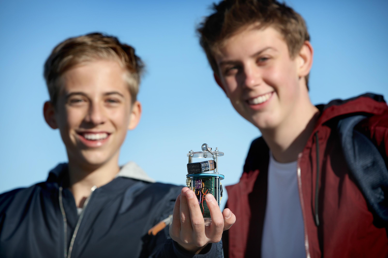 Leerlingen Huizermaat lanceren satelliet van een frisdrankblikje