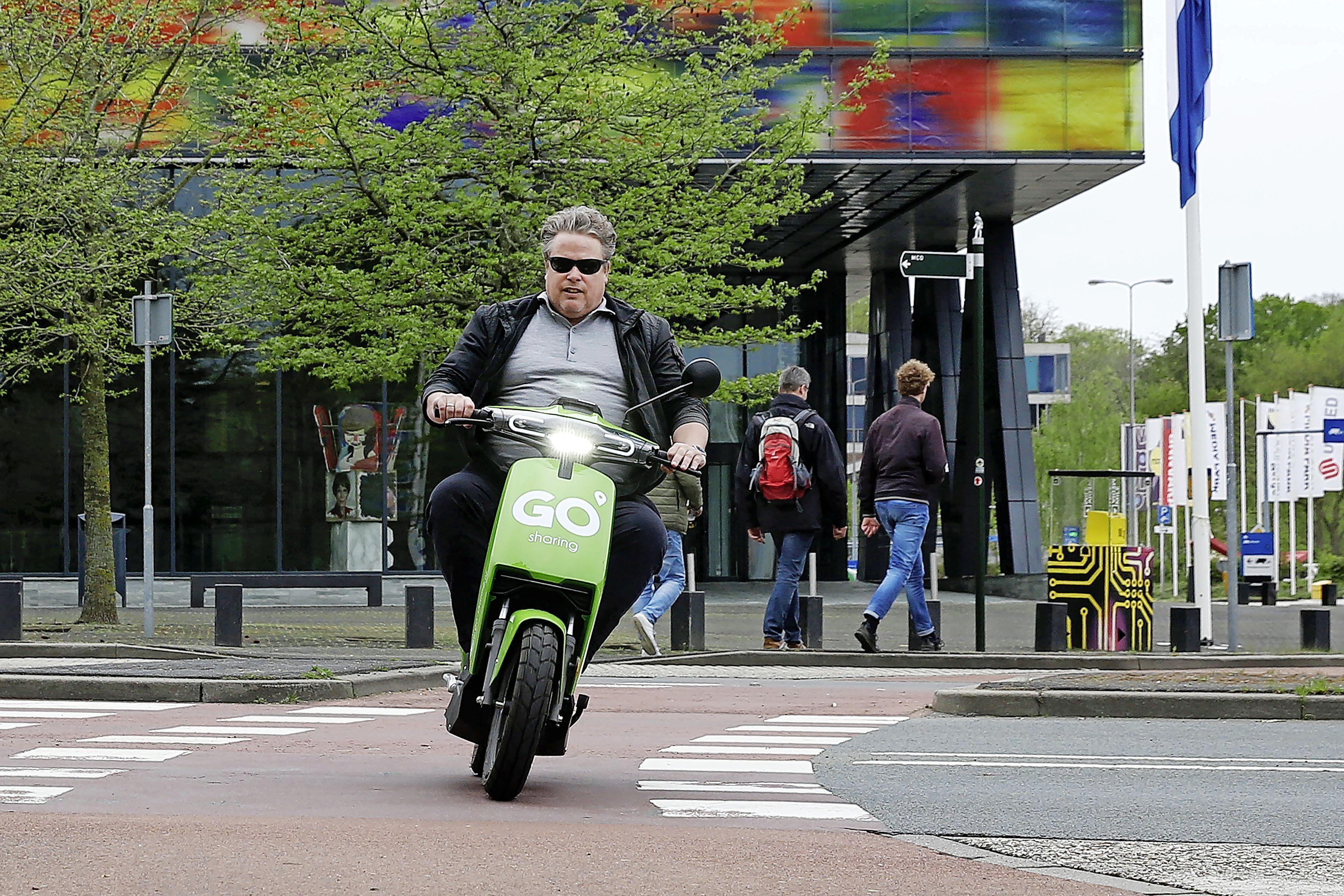 'Groene scootertjes zijn fijn, maar er moet wel iets gebeuren rond het parkeren', lezers van De Gooi- en Eemlander verdeeld over GO Sharing
