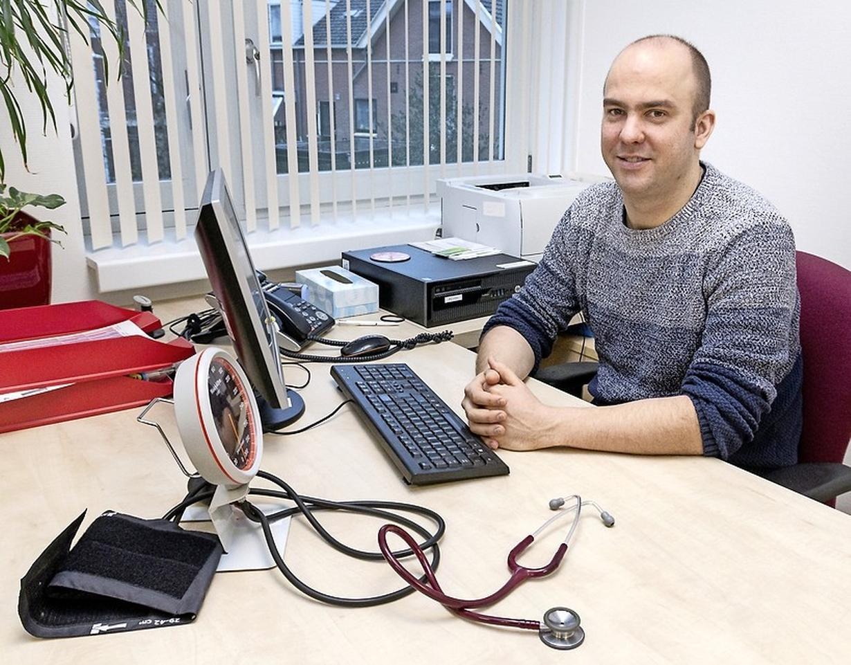 Patiënten met een medische indicatie krijgen een coronaprik, maar wie zijn dat? De huisarts weegt af: 'We proberen allemaal de juiste verdeling te maken'